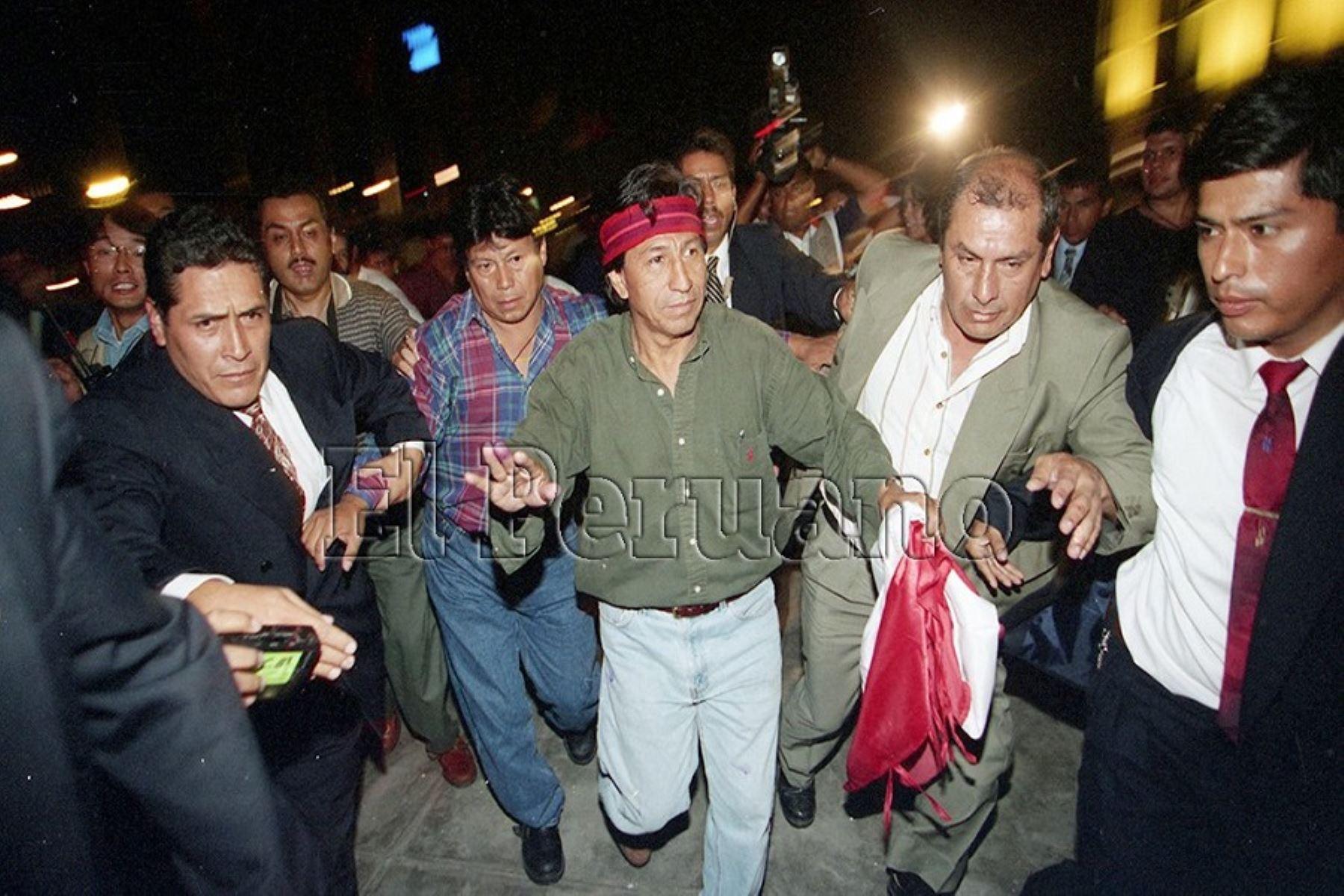 """Tras la victoria electoral de Alberto Fujimori, Toledo encabezó la denominada """"Marcha de los 4 suyos"""", una multitudinaria protesta que exigió nuevas elecciones. Toledo se consolidó como líder de la oposición. Foto: ANDINA"""