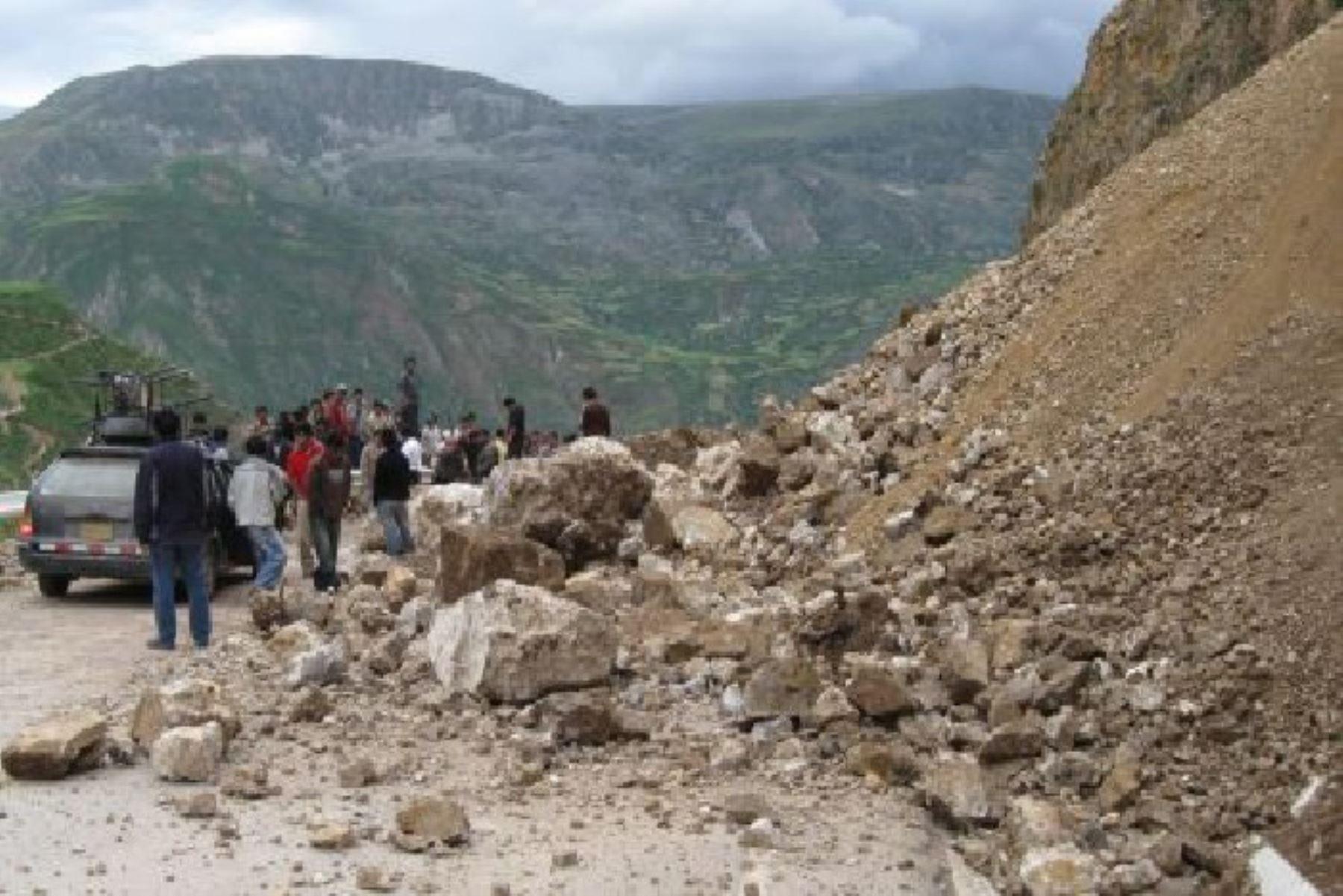 Deslizamiento de rocas se produjo en el cerro Hatun Rumi, a la altura del kilómetro 190+500 de la vía Ayacucho-Huancayo (Junín).