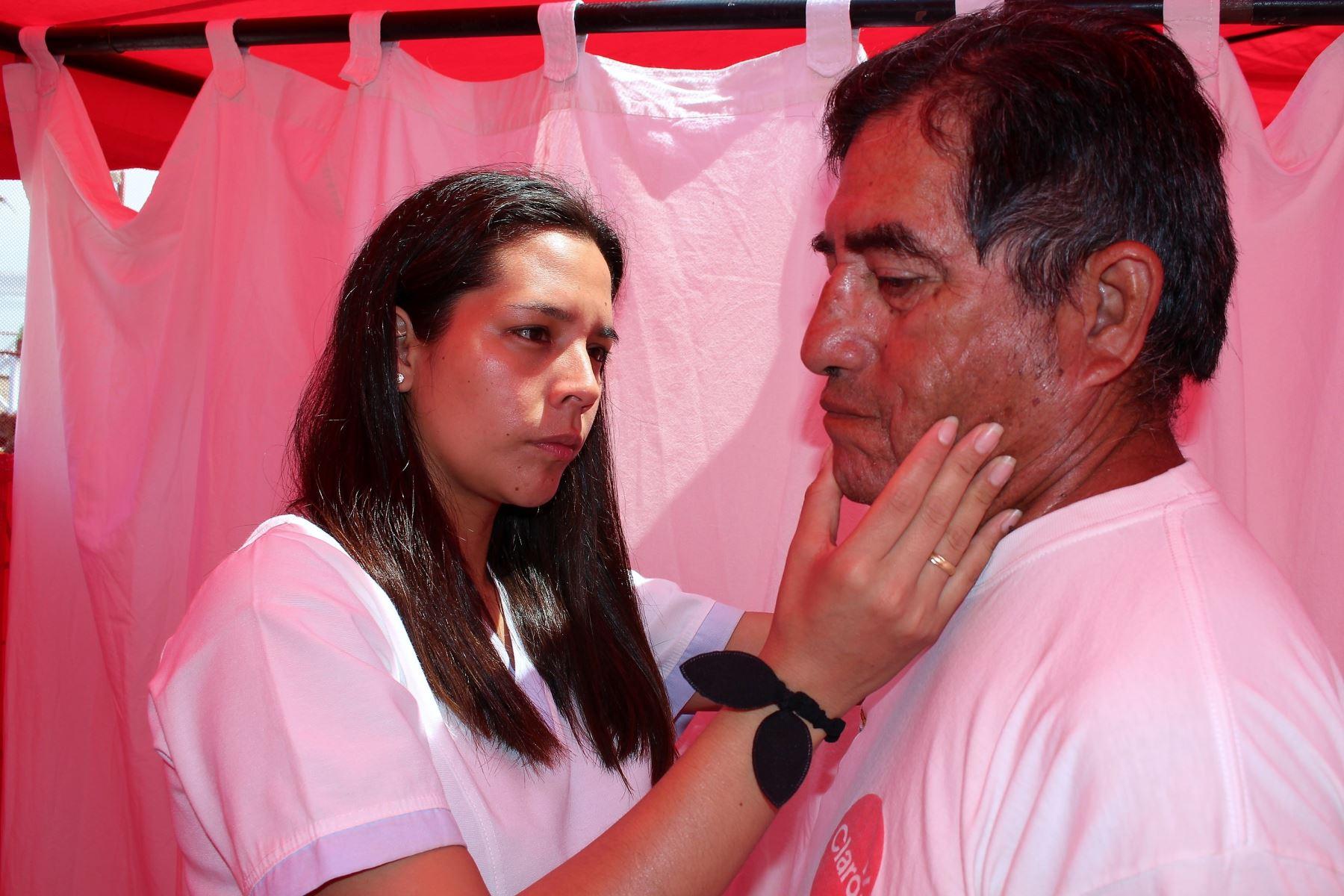 Examen para detectar lesiones a la piel causadas por rayos del Sol. Foto: ANDINA