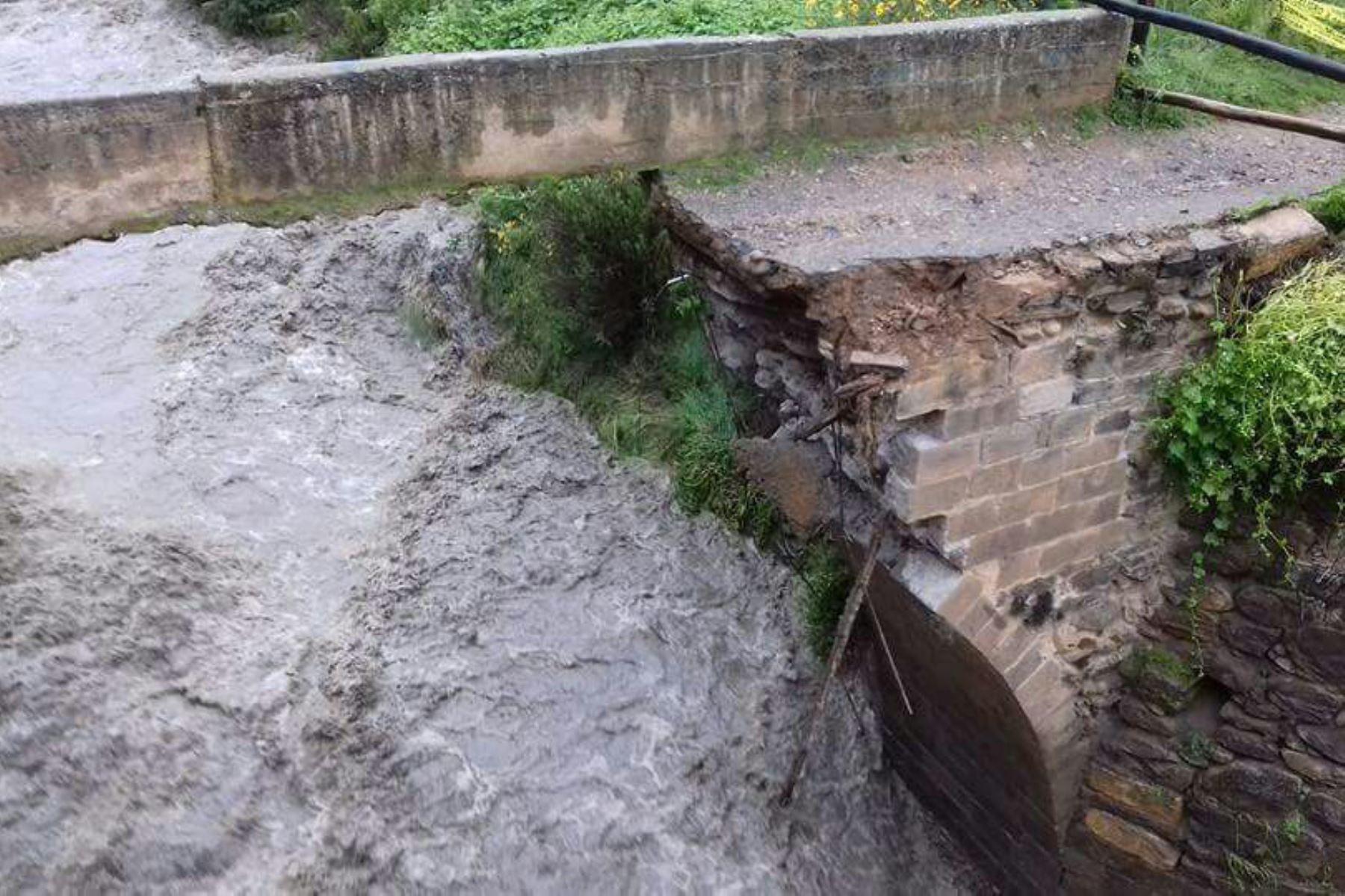Colapsa puente colonial en Cusco por la crecida del río Mapacho. ANDINA/Difusión
