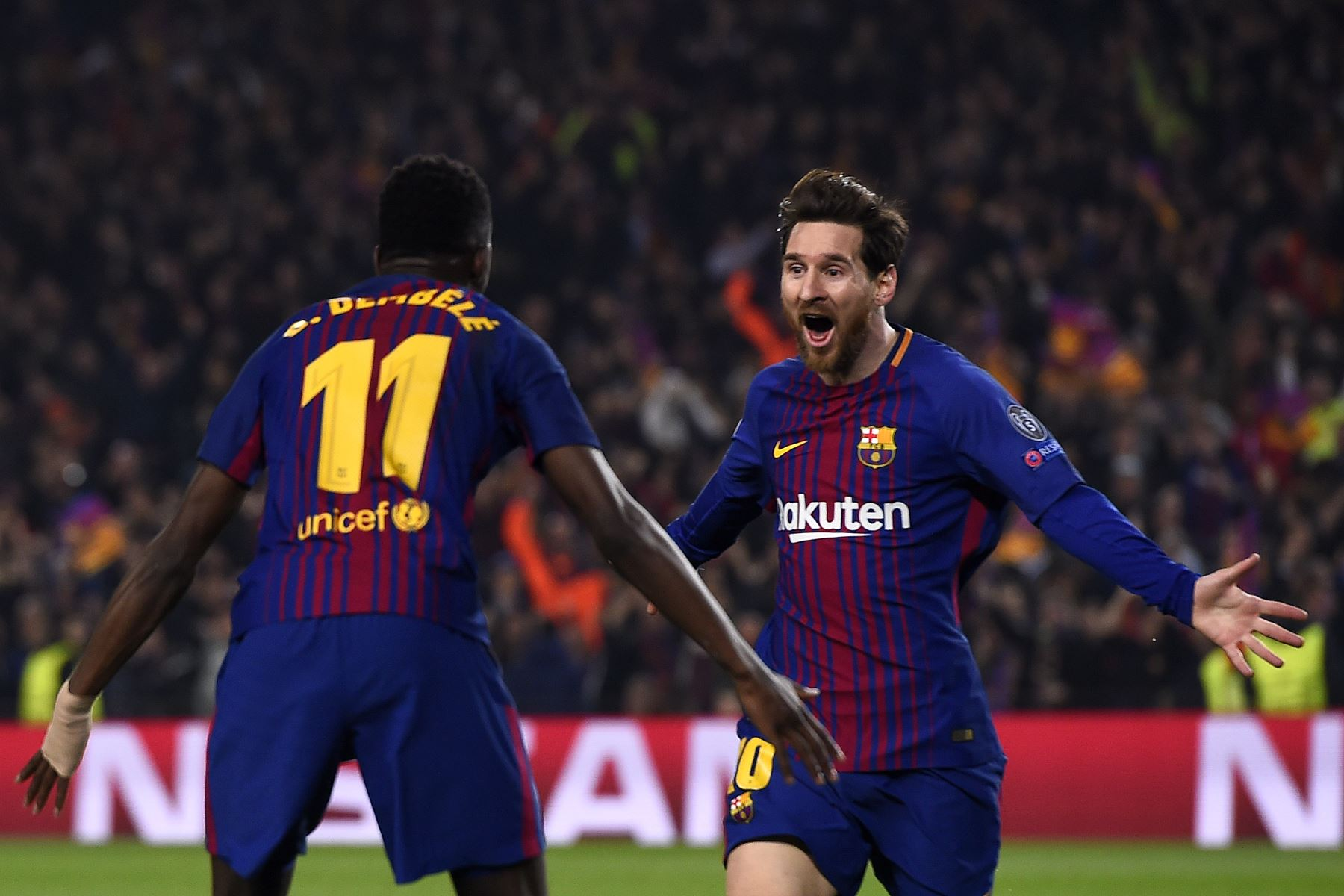 El delantero francés del Barcelona Ousmane Dembele celebra con el delantero argentino Lionel Messi después de anotar un gol en la ronda de dieciséis partidos de fútbol de la UEFA Champions League entre el FC Barcelona y el Chelsea FC en el Camp Nou. Foto: AFP