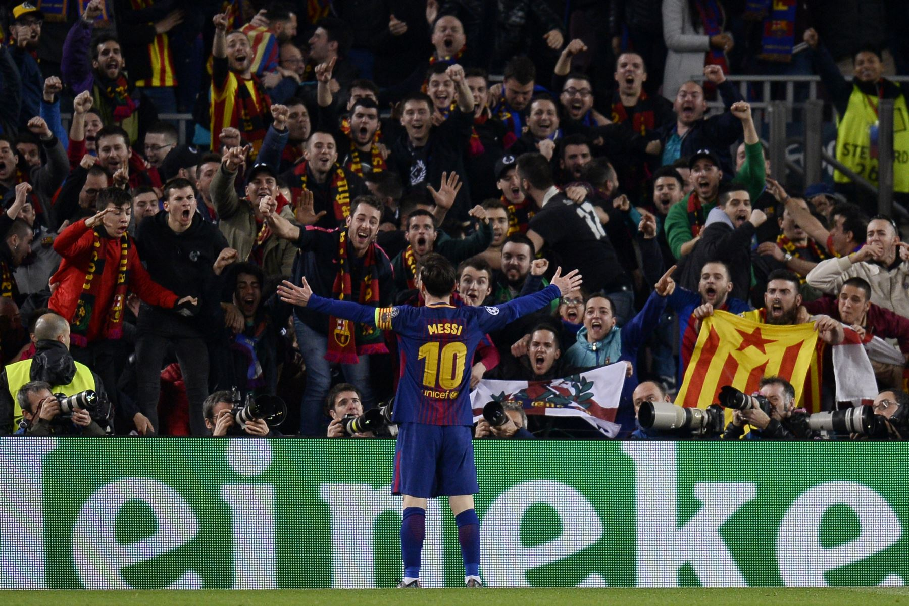 El delantero argentino del Barcelona Lionel Messi celebra el tercer gol de su equipo en la ronda de dieciséis partidos de fútbol de la UEFA Champions League entre el FC Barcelona y el Chelsea FC en el Camp Nou. Foto: AFP