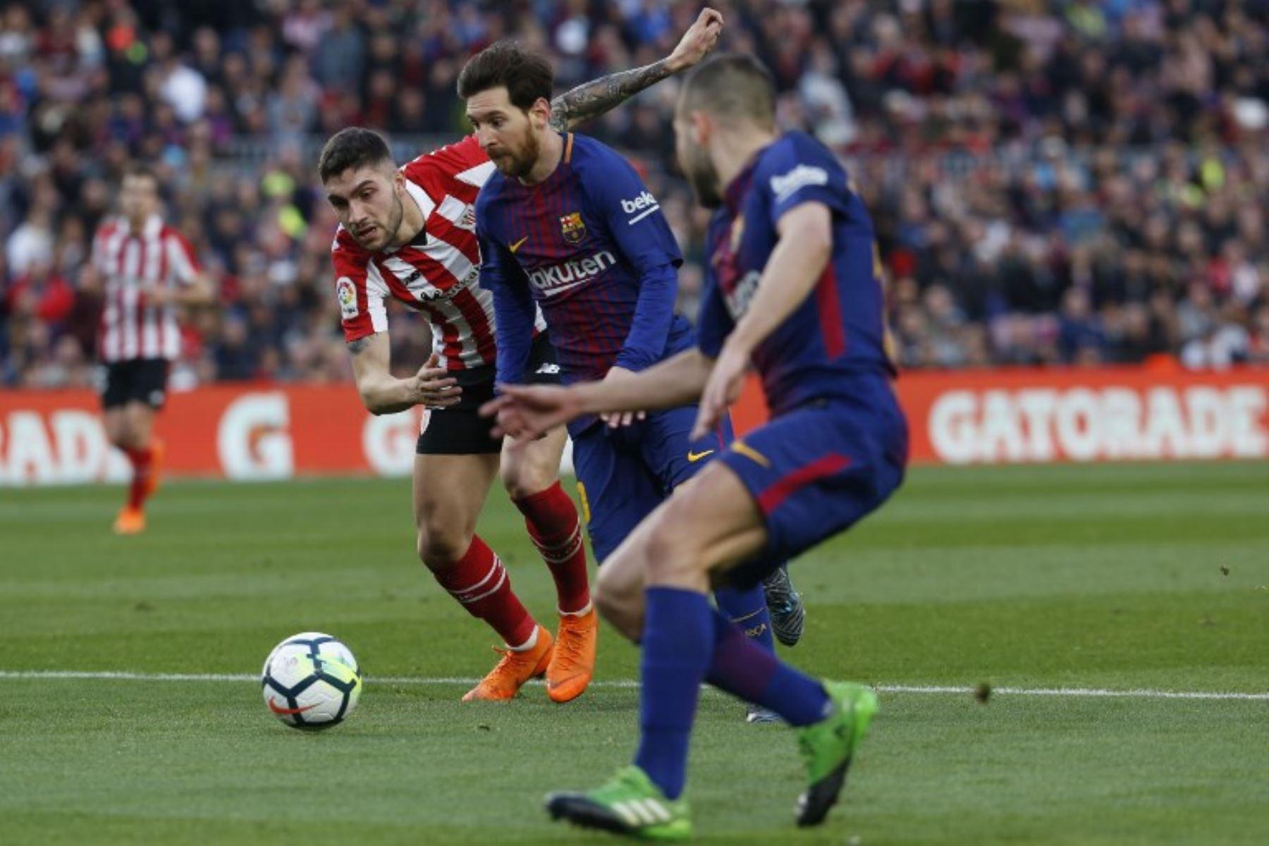 El defensa español del Athletic Bilbao Unai Nunez compite con el delantero argentino Lionel Messi durante el partido de fútbol de la Liga española .Foto:AFP