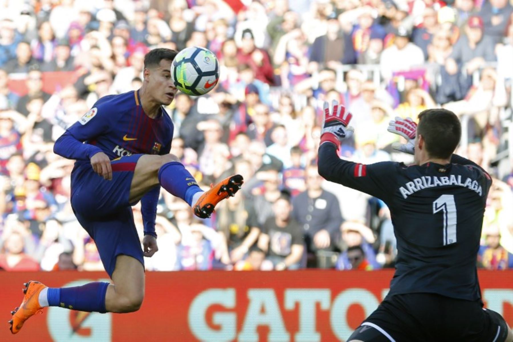 El centrocampista brasileño del FC Philippe Coutinho compite con el portero español del Athletic de Bilbao Kepa Arrizabalaga.Foto:AFP