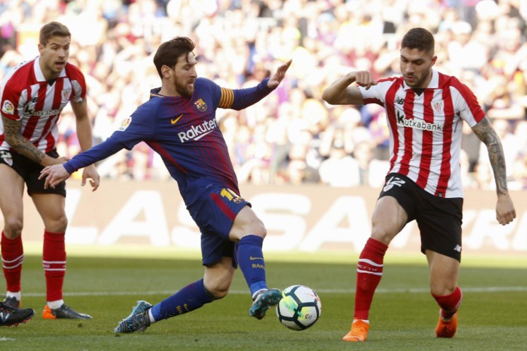 El delantero argentino Lionel Messi compite con el defensor español del Athletic Bilbao Unai Nunez durante el partido de fútbol de la Liga española.Foto:AFP