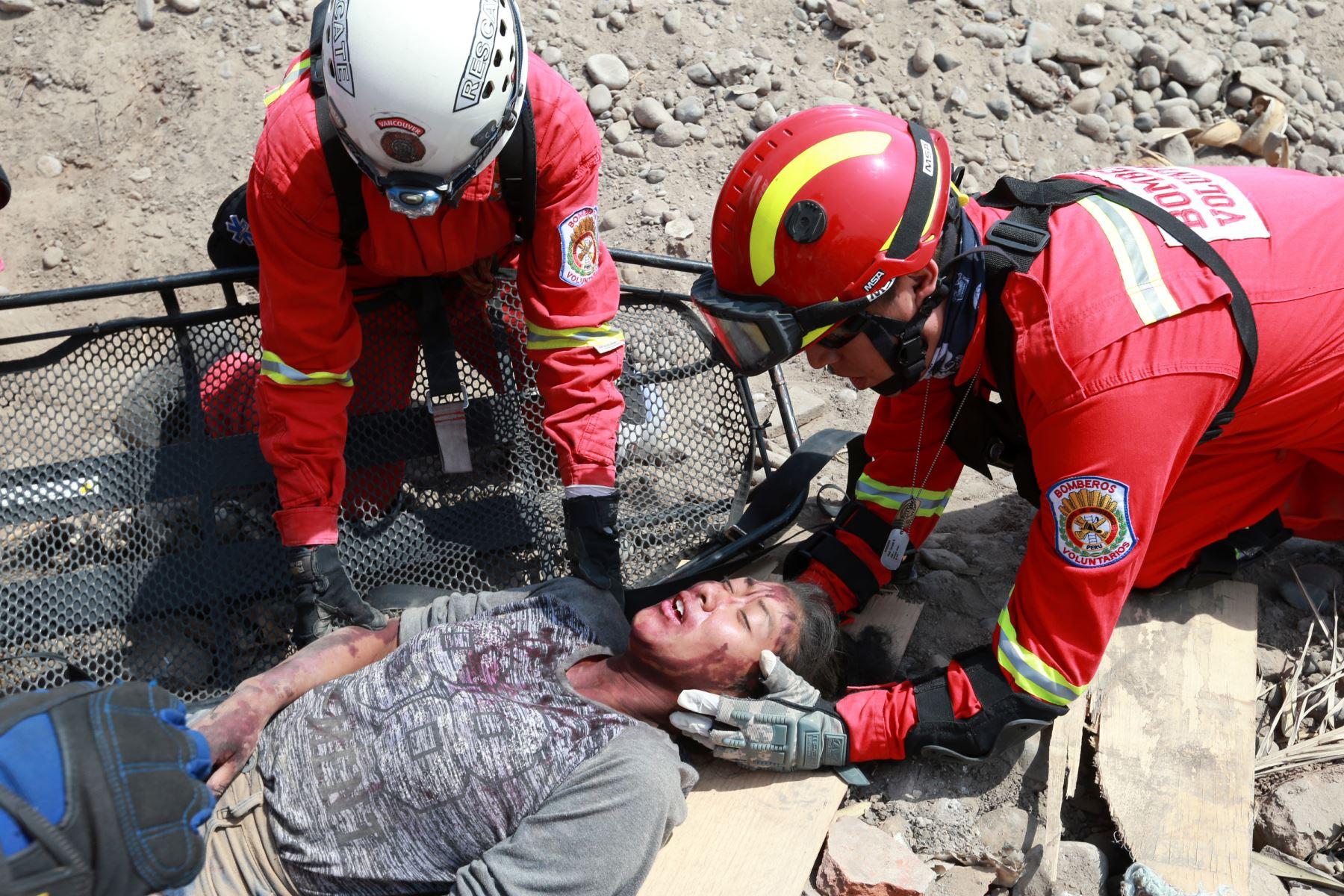 Bomberos prestan ayuda a heridos durante , la Ppesentación de la 1ª Brigada Multipropósito Mariscal del Perú Eloy Gaspar Ureta Montehermoso del Ejército del Perú. Foto: ANDINA/Norman Córdova
