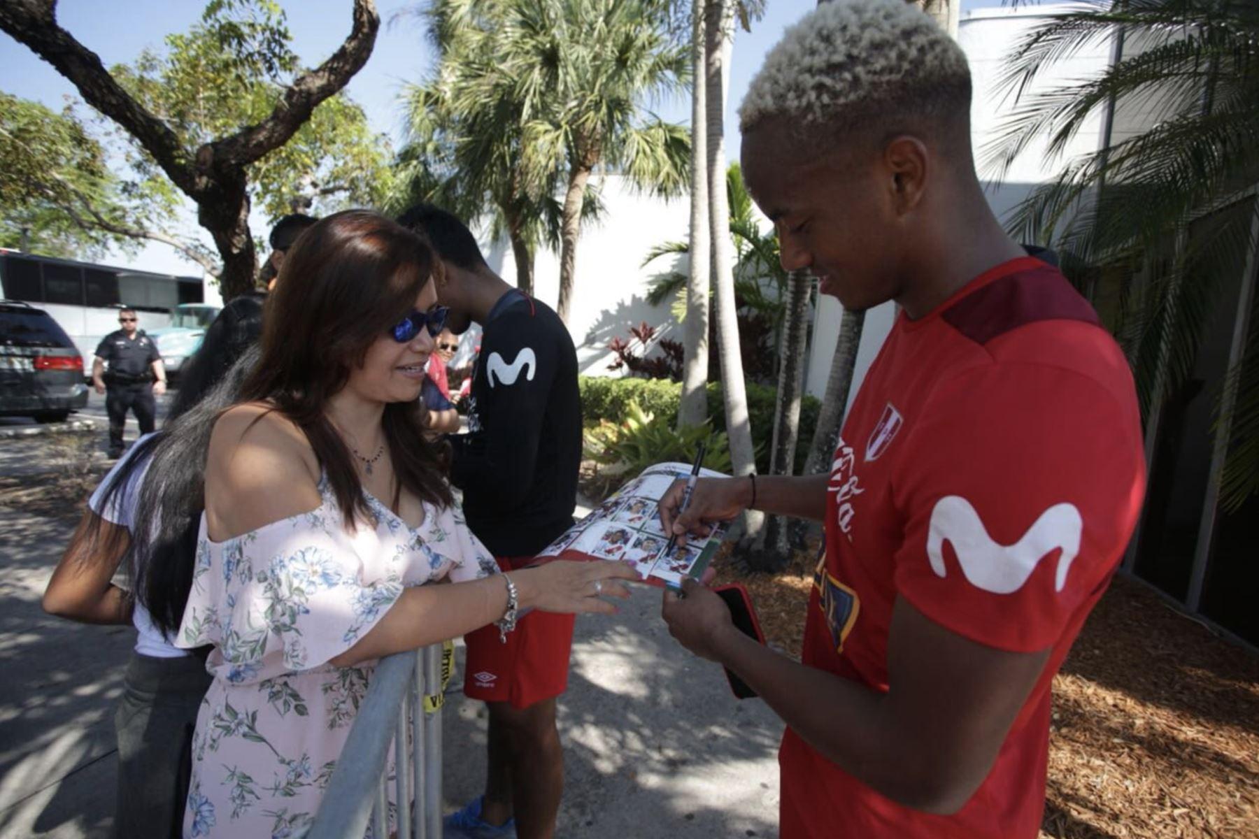 Integrantes de la selección peruana de fútbol firman autógrafos en los exteriores del Sawgrass Grand Hotel, de Miami. Foto: Twitter/FPF.