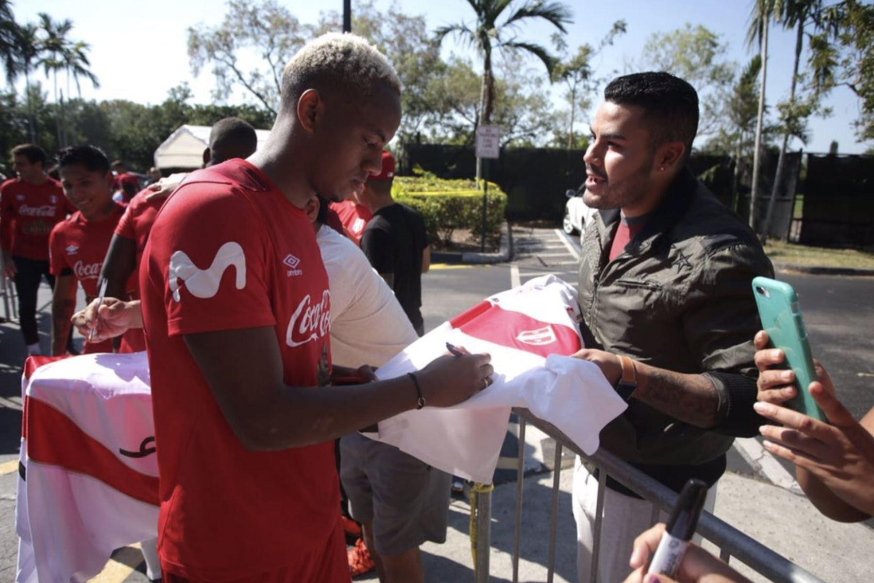 Integrantes de la Selección Peruana de Fútbol firma autógrafos en los exteriores del Sawgrass Grand Hotel de Miami. Foto: Twitter/ FPF