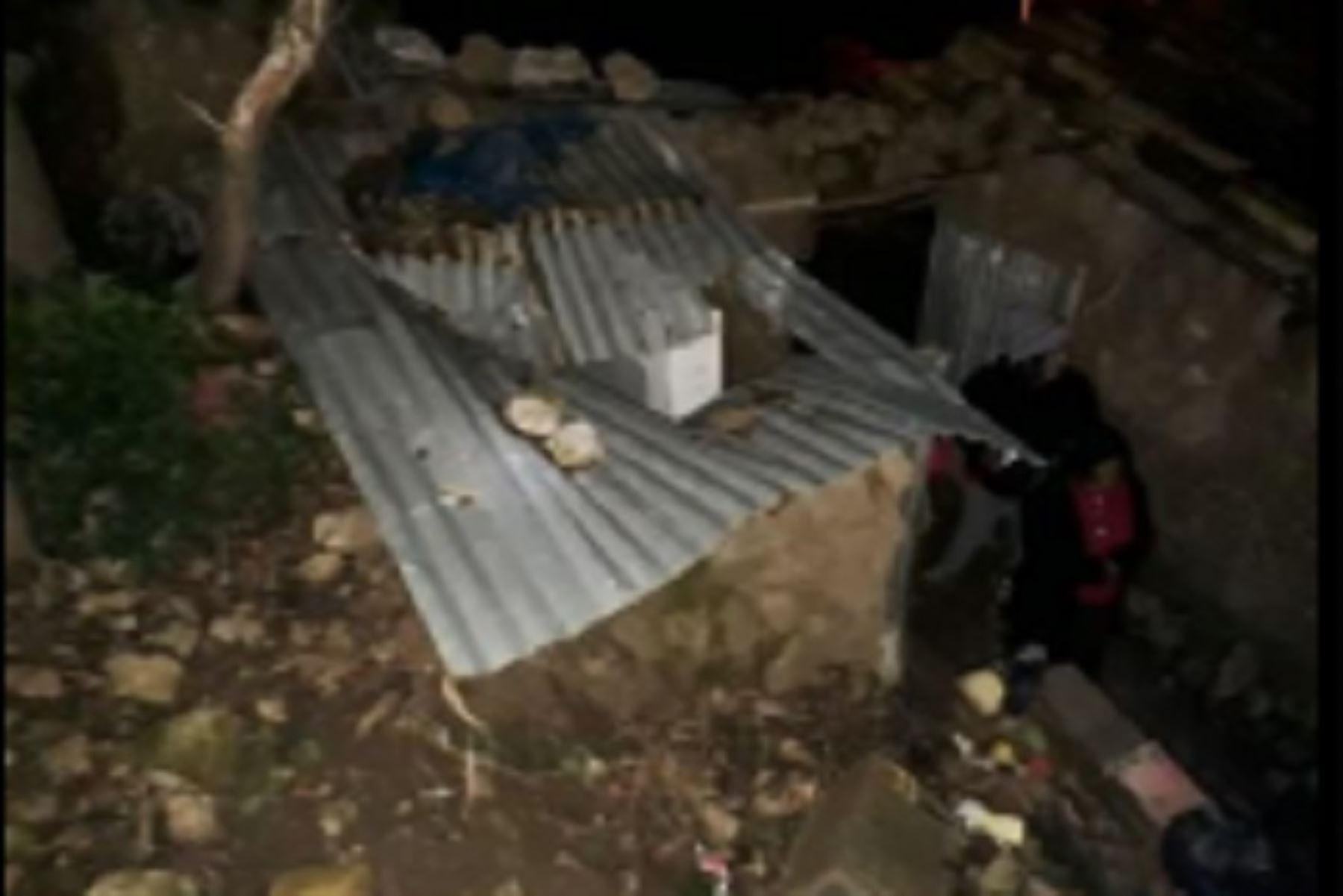Grades rocas traspasaron el techo y paredes de las viviendas.