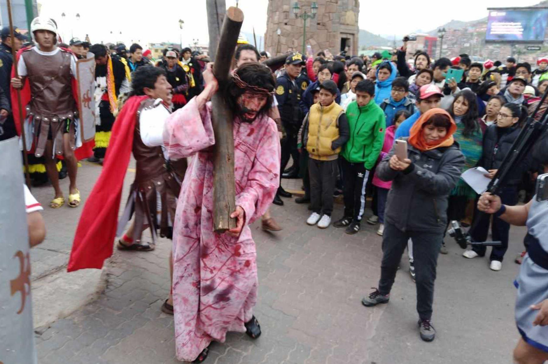 Escenas conmovedoras se apreciaron durante la escenificación del Vía Crucis de Jesús, que se desarrolló con ocasión de la Semana Santa, en el distrito de Santiago de la ciudad del Cusco. Foto: Percy Hurtado Santillán