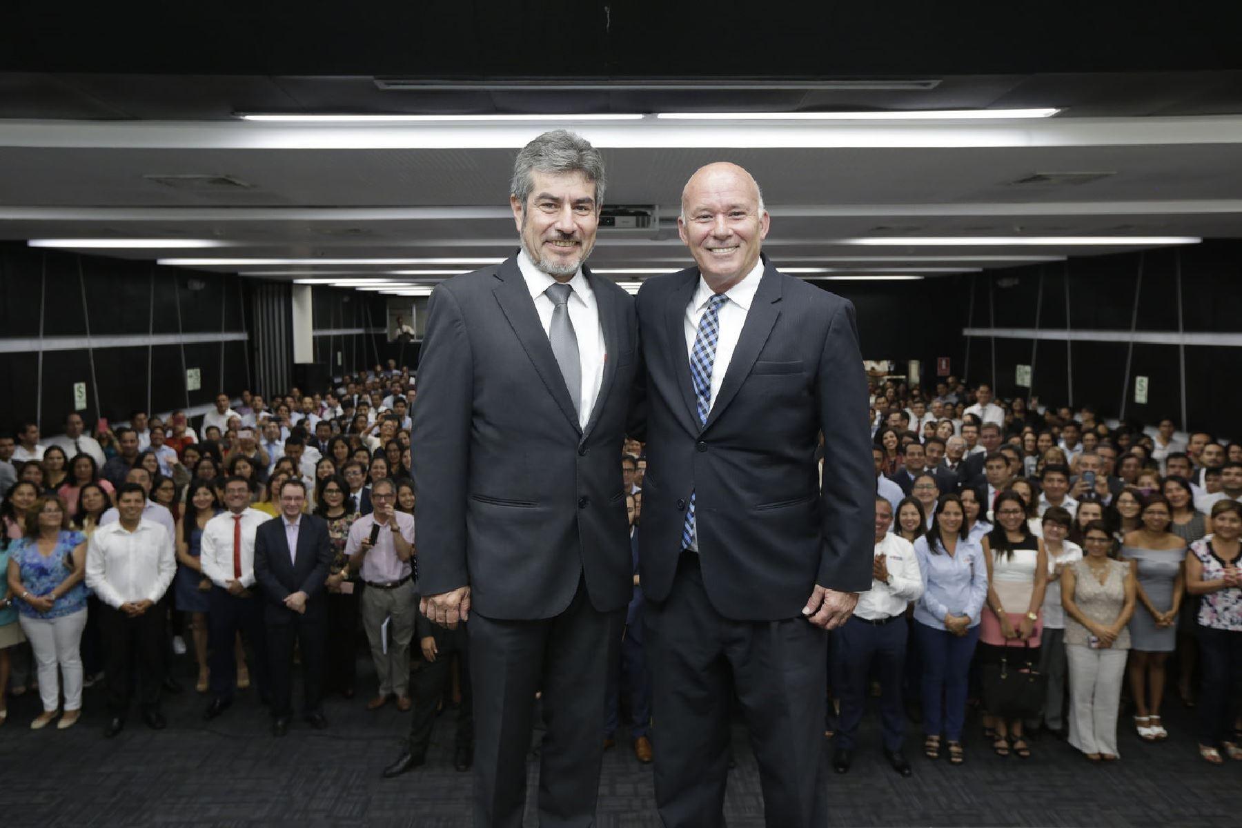 Ministro de Comercio Exterior y Turismo, Roger Valencia, con su antecesor Eduardo Ferreyros