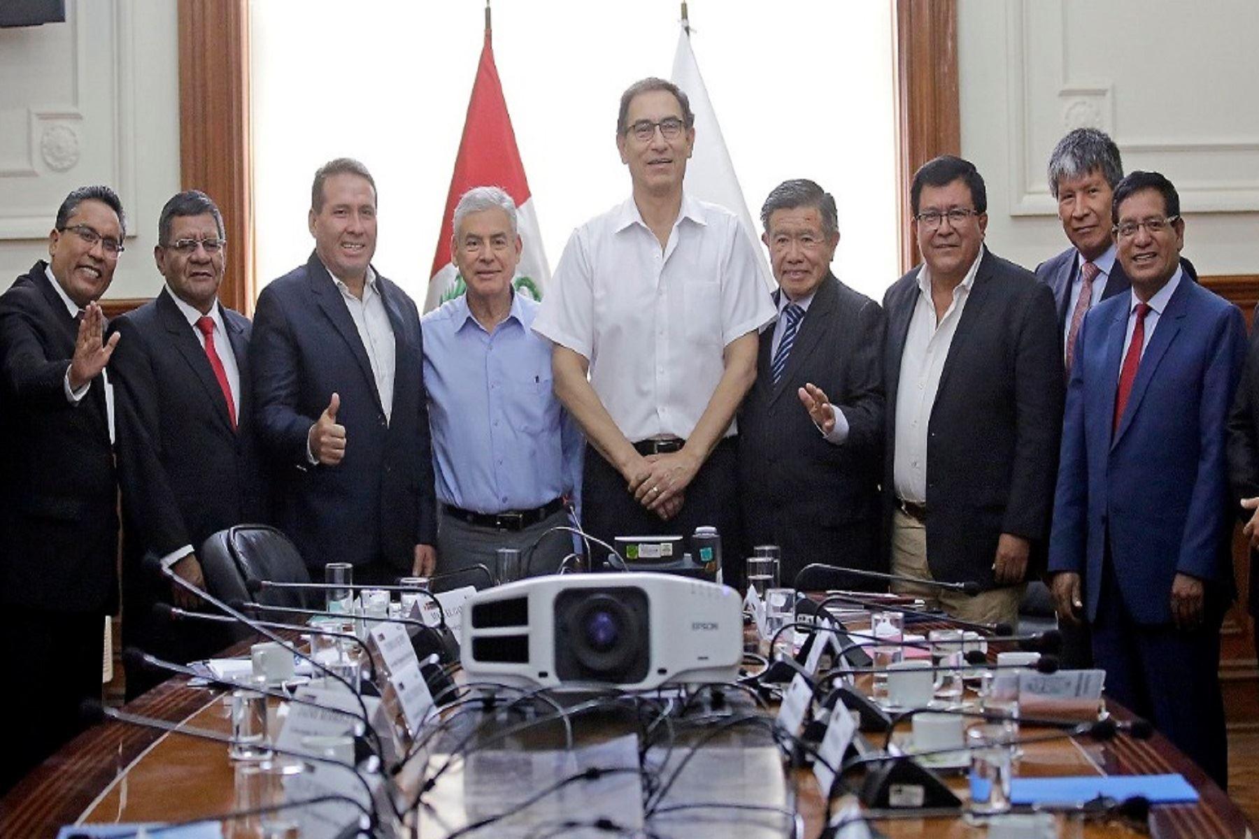 Presidente Martín Vizcarra y jefe del Gabinete Ministerial, César Villanueva, se reunieron con gobernadores regionales en Palacio de Gobierno.