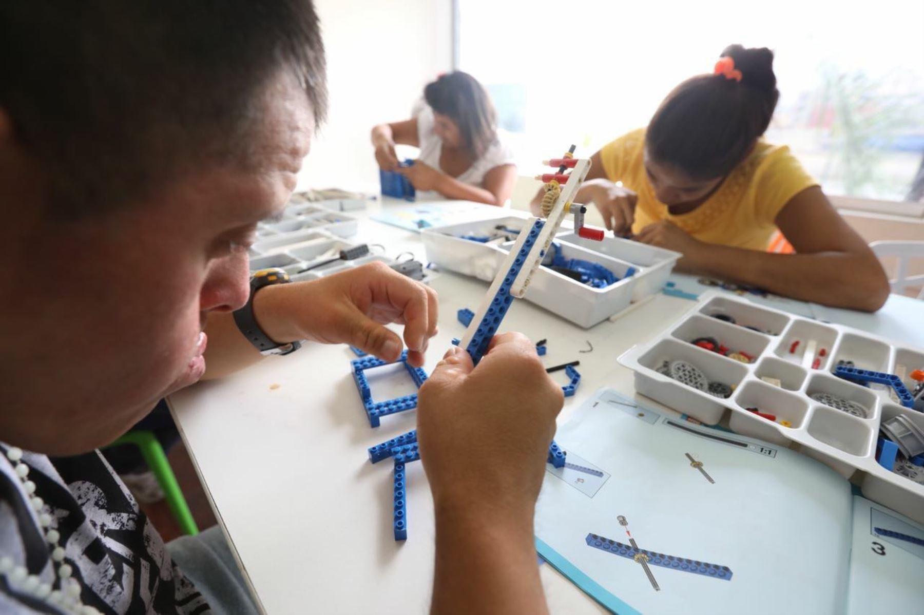 Niños con habilidades especiales reciben conocimientos sobre robótica. Foto: ANDINA/Difusión.