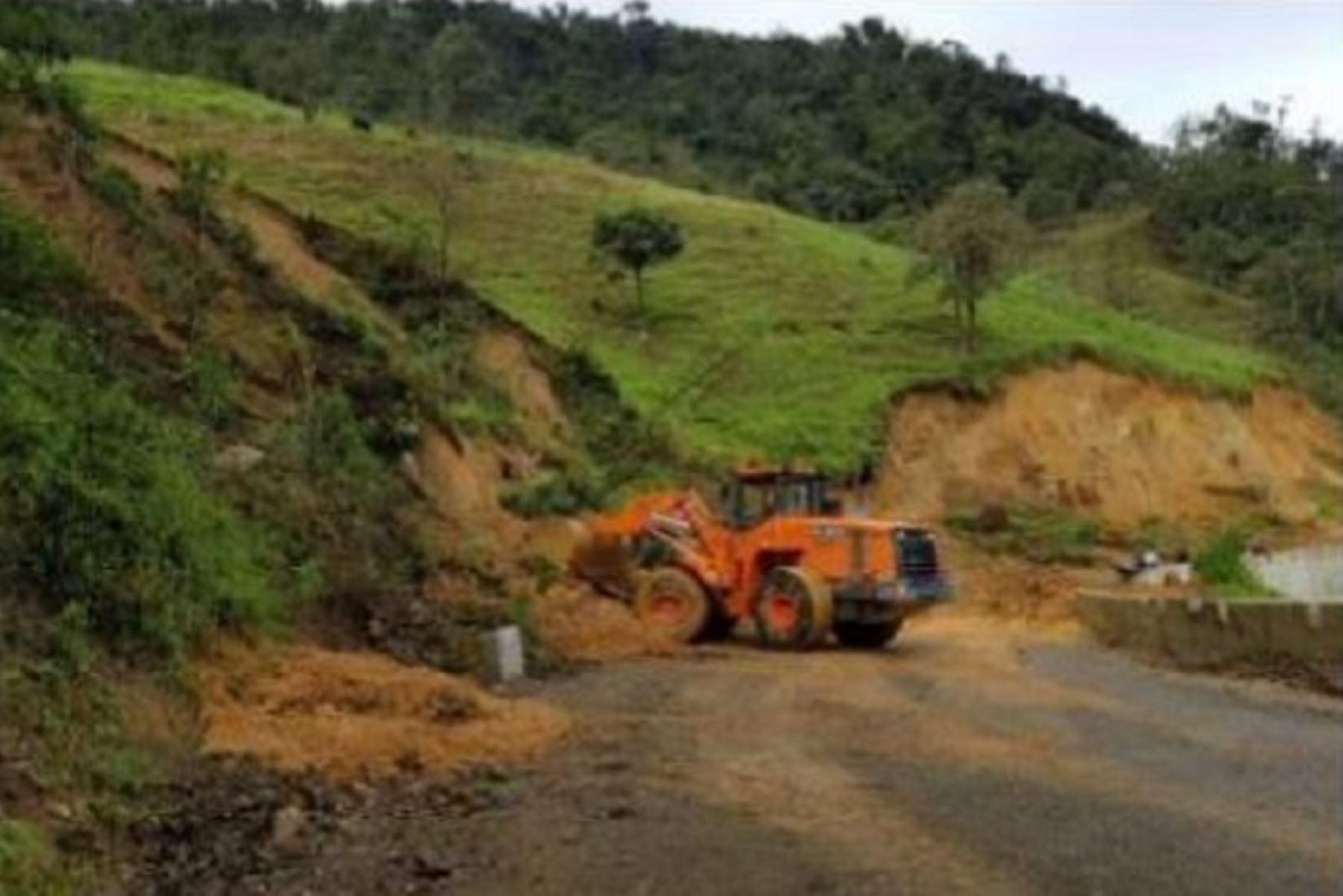 La emergencia en la zona se produjo luego que lluvias intensas provocaran el deslizamiento de material suelto interrumpiendo el tránsito vehicular.