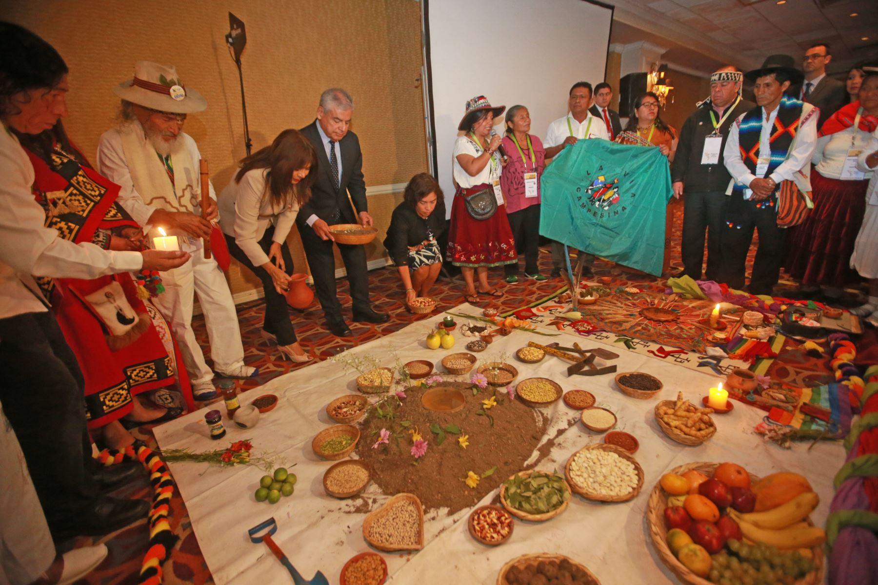 El titular del Consejo de Ministros, César Villanueva, participó en un ritual de pago a la tierra. Foto: ANDINA/ Jhony Laurente