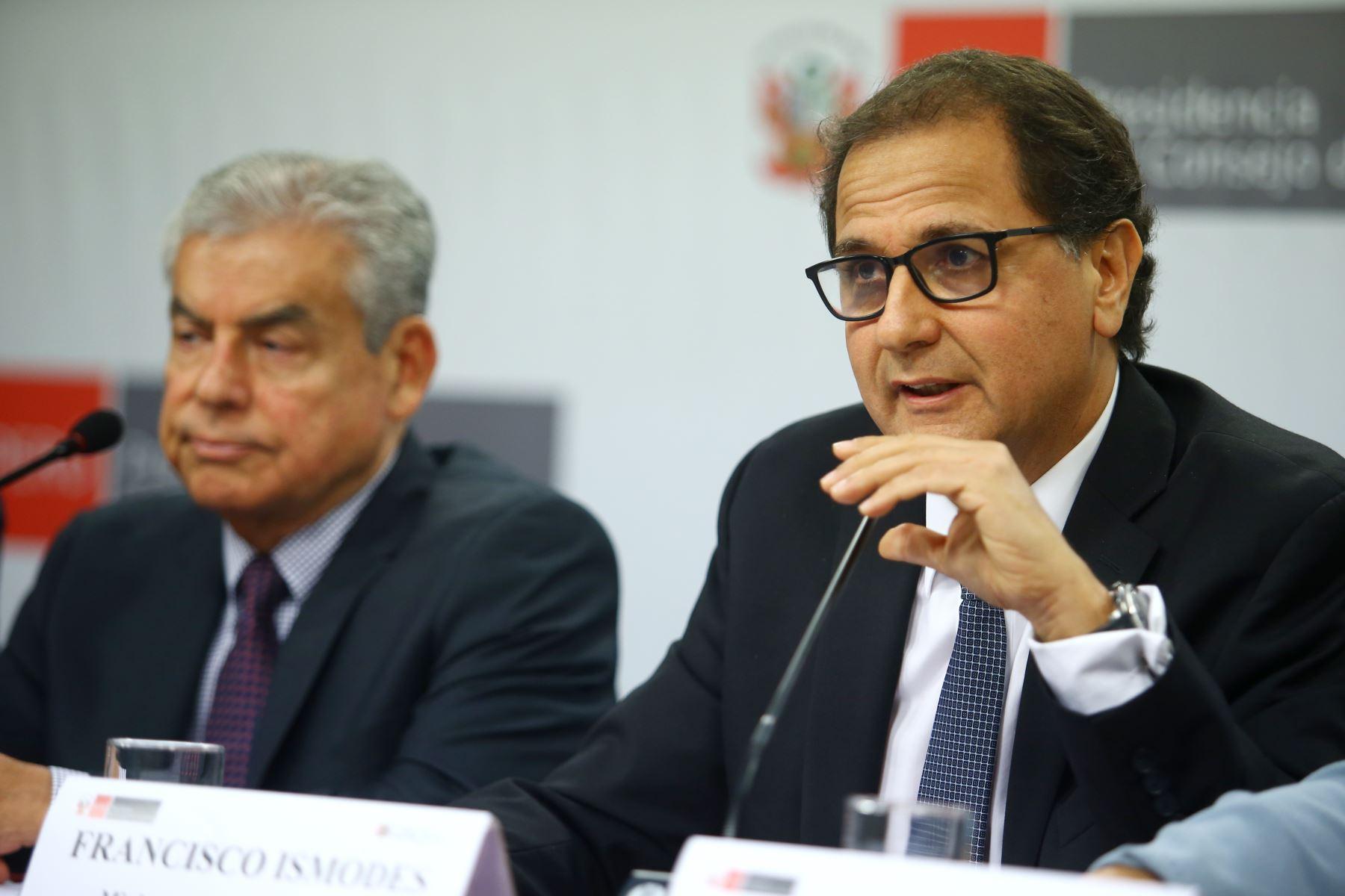 Ministro de Energía y Minas, Francisco Ísmodes, en conferencia de prensa tras reunión del Consejo de Ministros. Foto: ANDINA/Melina Mejía.