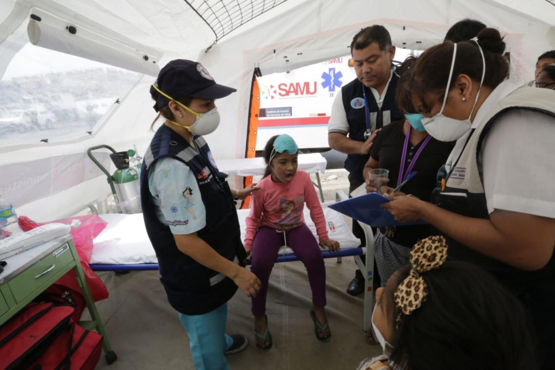 Menor de edad es atendida por personal de salud en una carpa instalada por el Minsa. Foto: Difusión.
