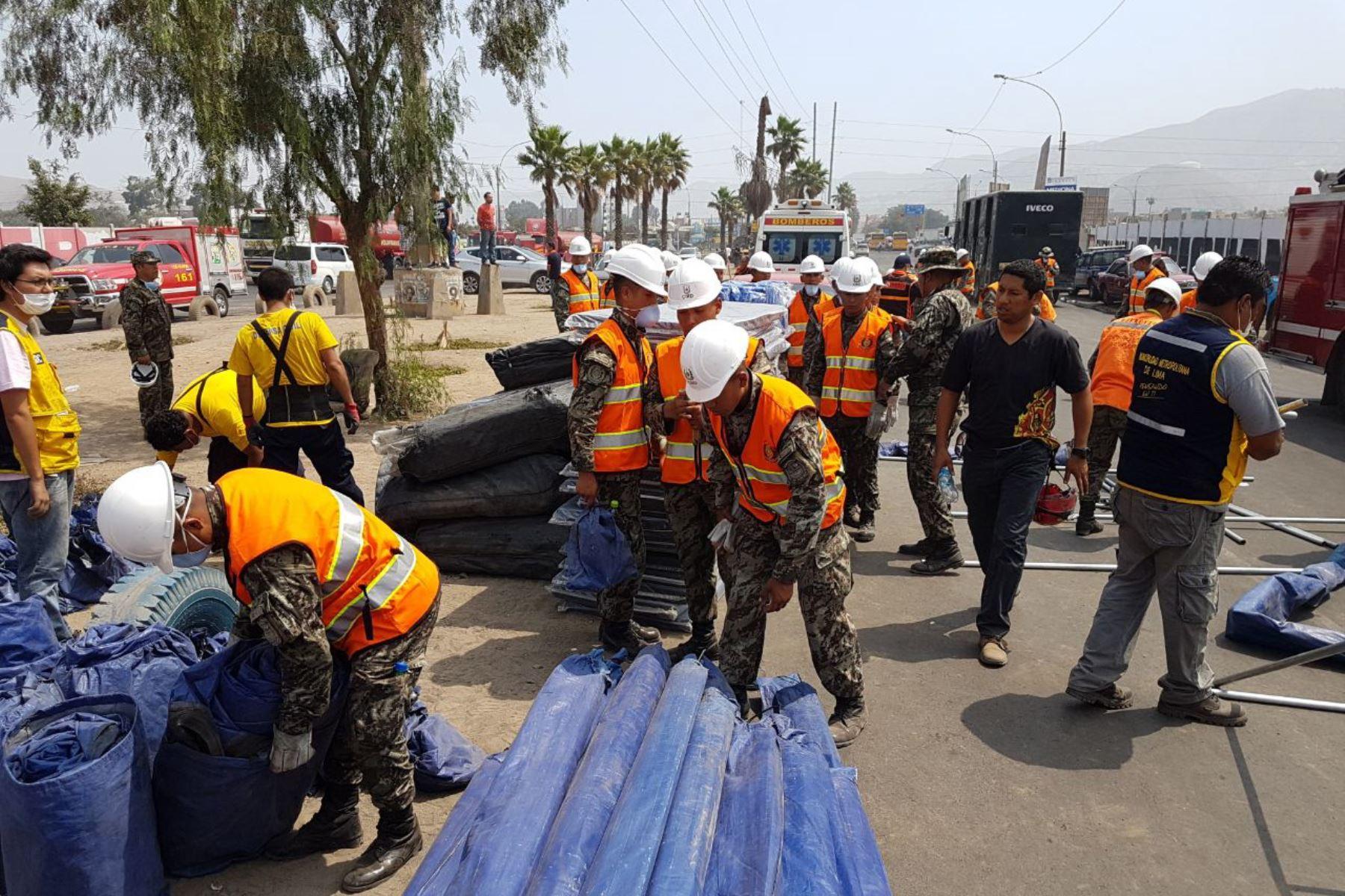 Personal del Ejército apoyan labores de remoción de escombros y ayuda a afectados por incendio. Foto: Andina/Difusión