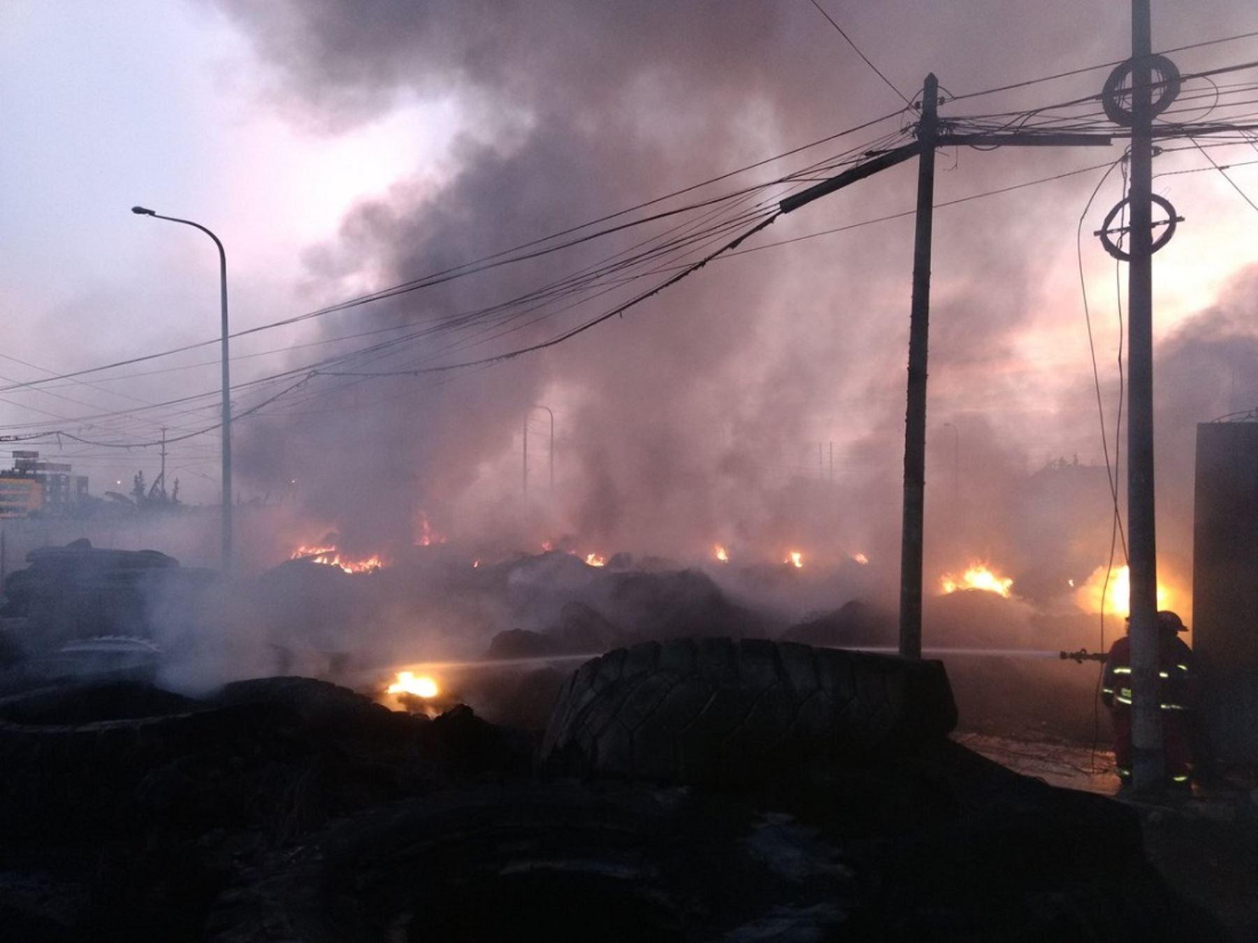 Incendio en depósito de llantas en Comas @FerLlanos