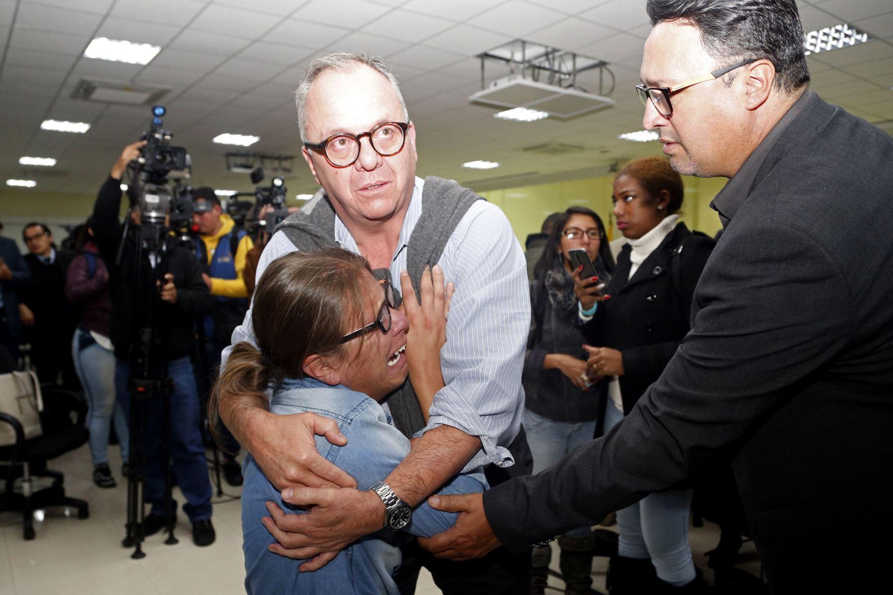Parientes y amigos del periodista ecuatoriano Javier Ortega, el fotógrafo Paul Rivas y su conductor Efraín Segarra reaccionan durante una conferencia de prensa de las autoridades en Quito. Foto: AFP.