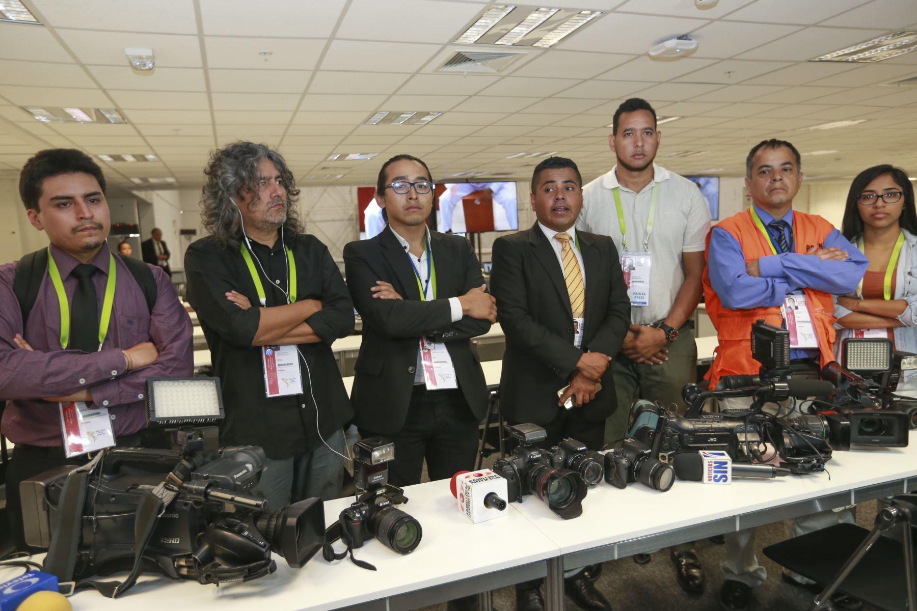 Periodistas realizan minuto de silencio por sus colegas asesinados por las FARC en la sala de prensa de la Cumbre de las Américas. Foto: ANDINA/Norman Córdova
