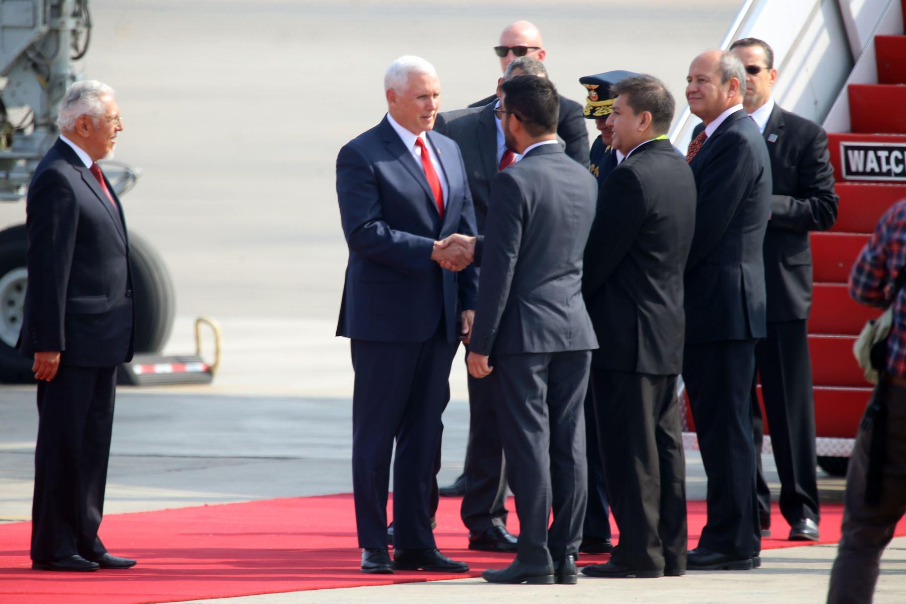Vicepresidente de los Estados Unidos, Mike Pence, es recibido por el ministro de Vivienda Javier Piqué a su llegada a Lima, para participar de la VIII Cumbre de las Américas. Foto: ANDINA/Luis Iparraguirre