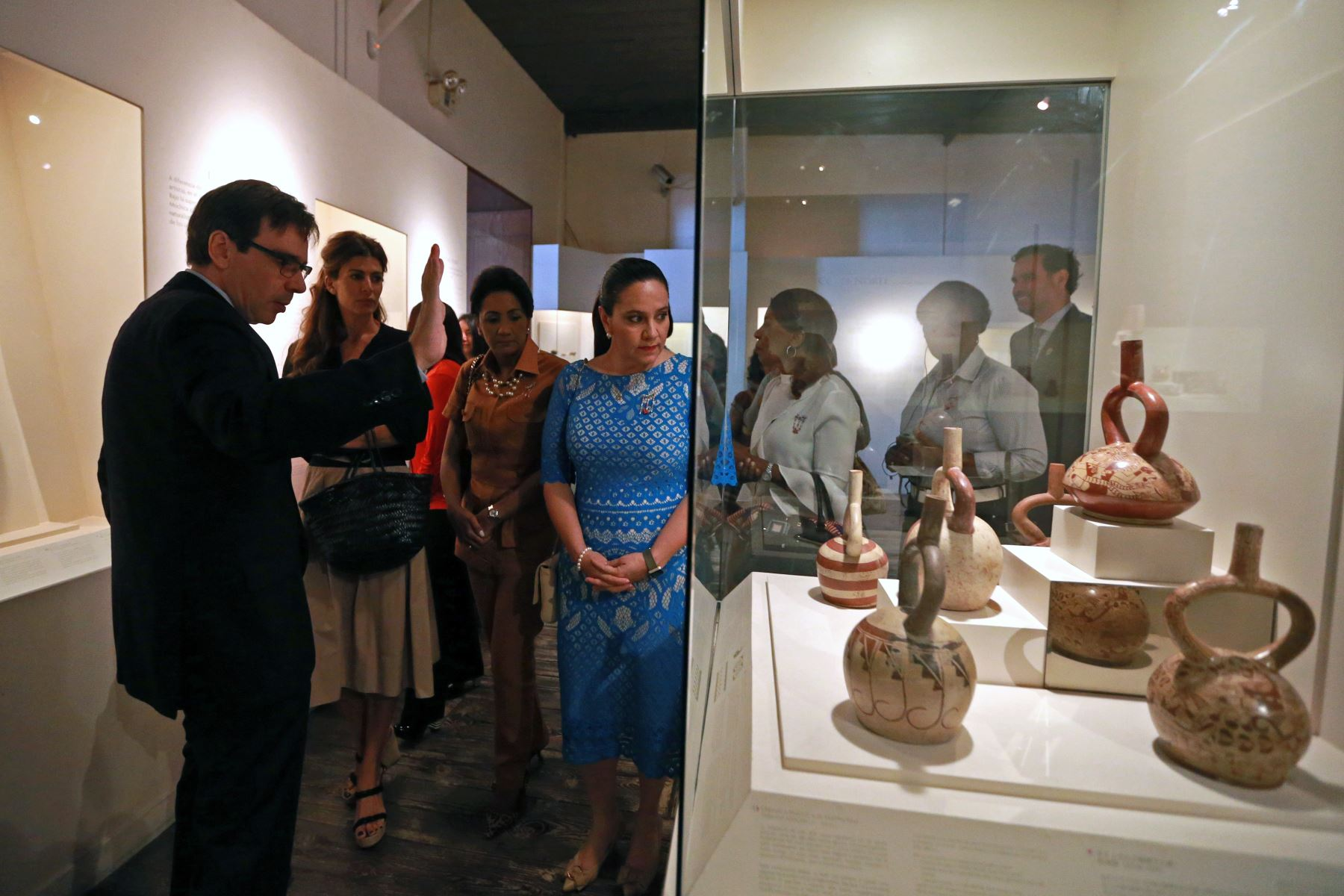 Esposas de los jefes de Estado que participan en la VIII Cumbre de las Américas visitan el museo Larco, donde pudieron apreciar piezas arqueológicas. Foto: ANDINA/Vidal Tarqui