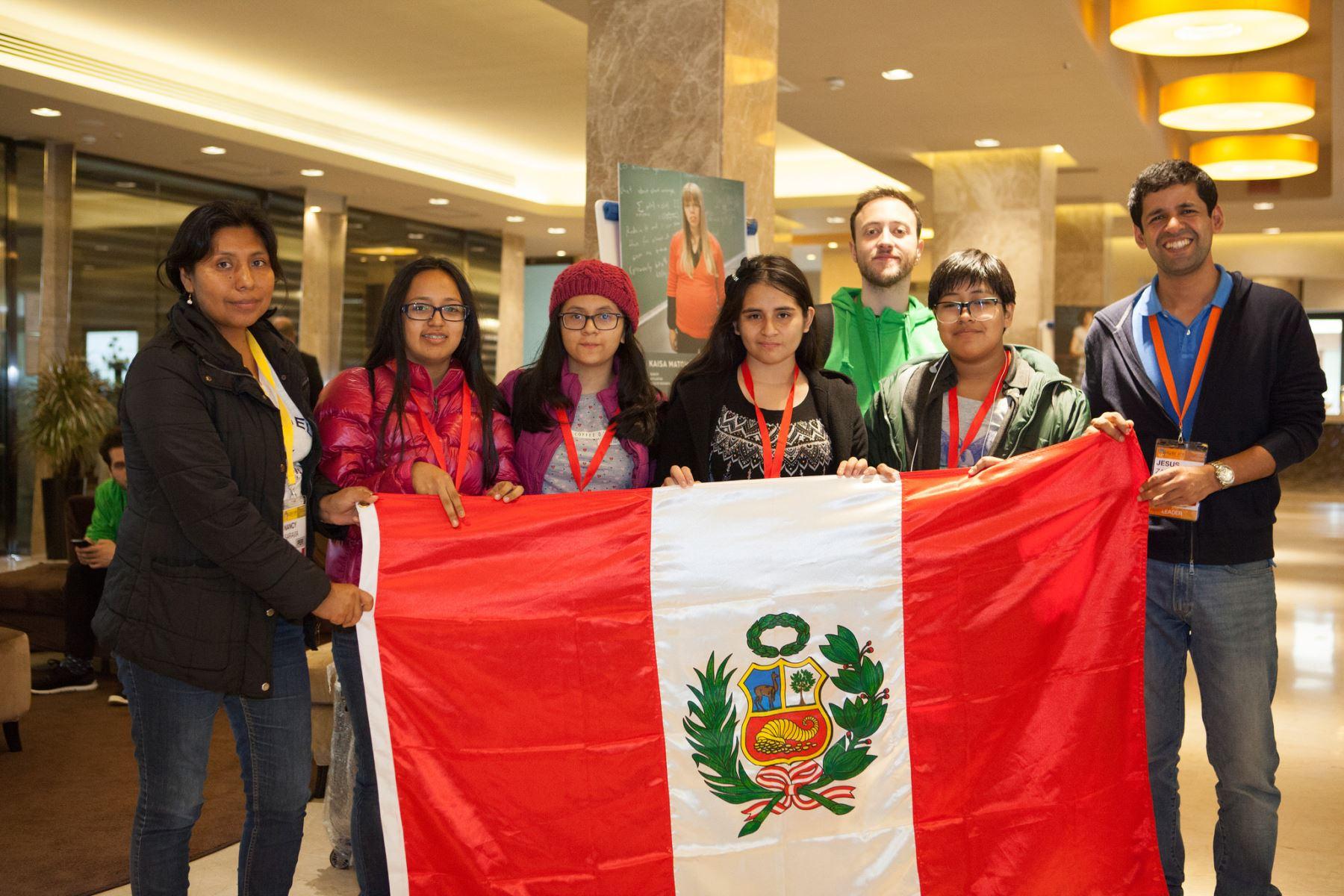 Mónica (la tercera de derecha a izquierda) sostiene la bandera peruana junto al equipo que viajó a Italia para el concurso. Foto: Difusión