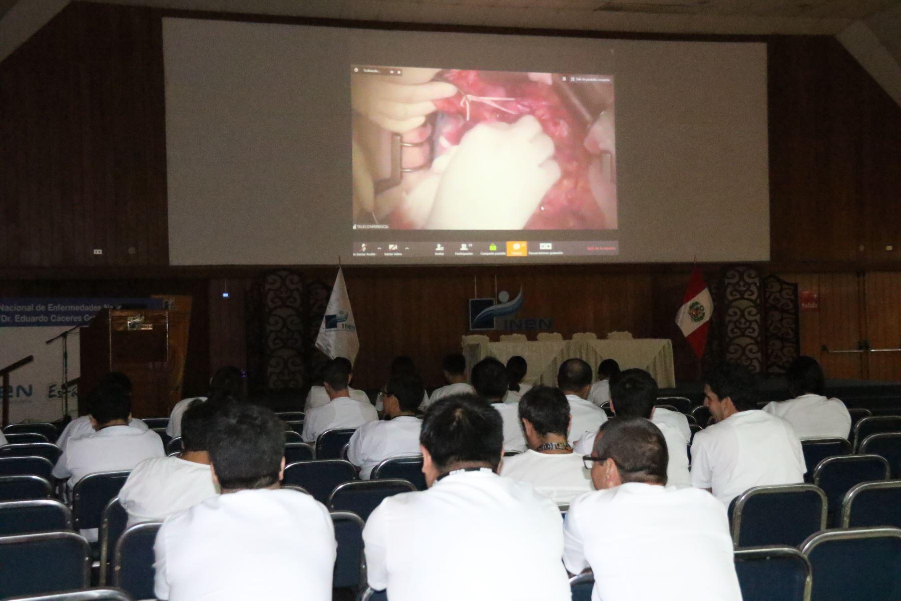 Profesionales de la salud pudieron observar una cirugía transmitida en directo en el INEN: Foto: ANDINA/Difusión.