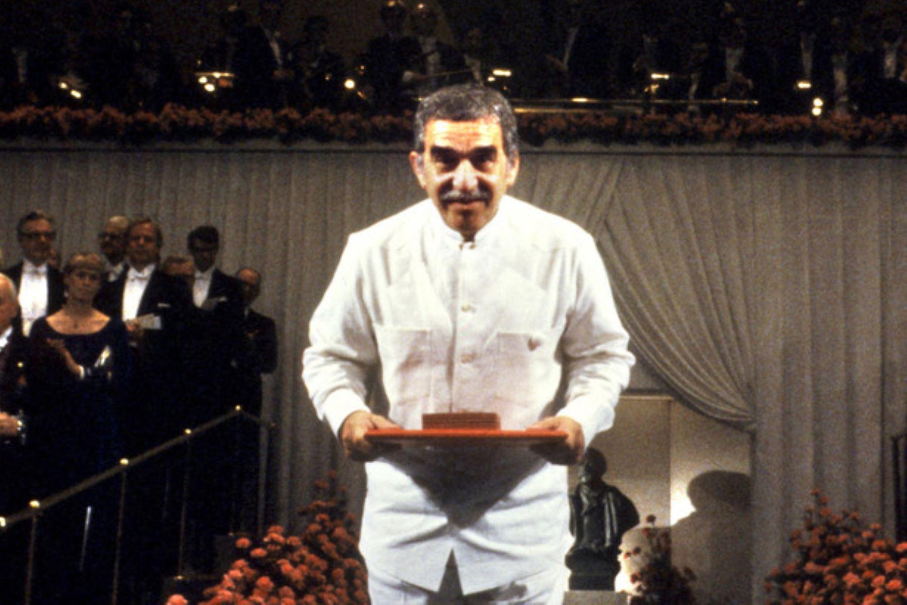 La guayabera se convirtió en una de las icónicas prendas de vestir caribeñas desde que fuera popularizada por Gabriel García Márquez. El escritor colombiano lució ese tipo de camisa cuando recibió el Premio Nobel de Literatura, en 1982. (Foto: AFP)