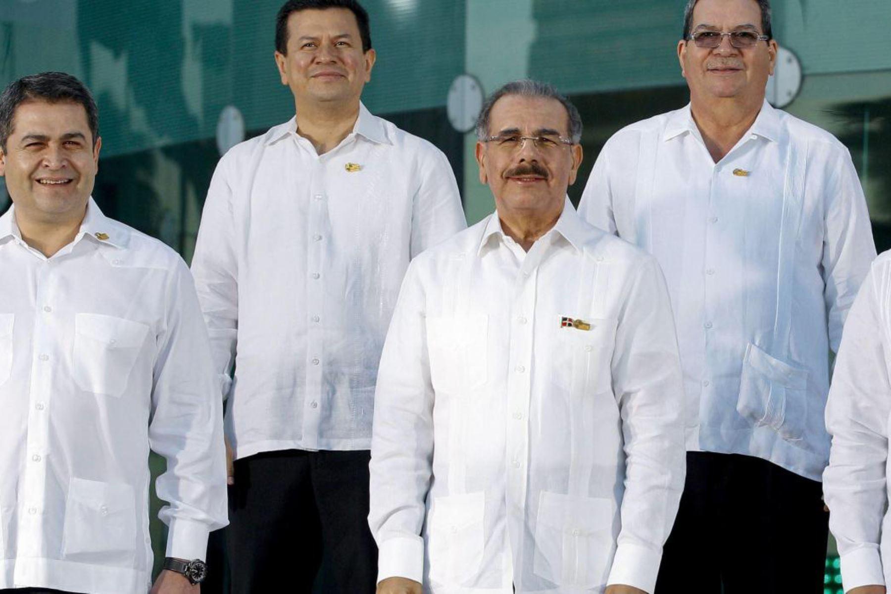 El presidente dominicano, Danilo Medina (en el centro), y algunos de sus funcionarios suelen asistir con guayaberas a algunos actos, especialmente a presentaciones o inauguraciones de hoteles. (Foto: EFE)