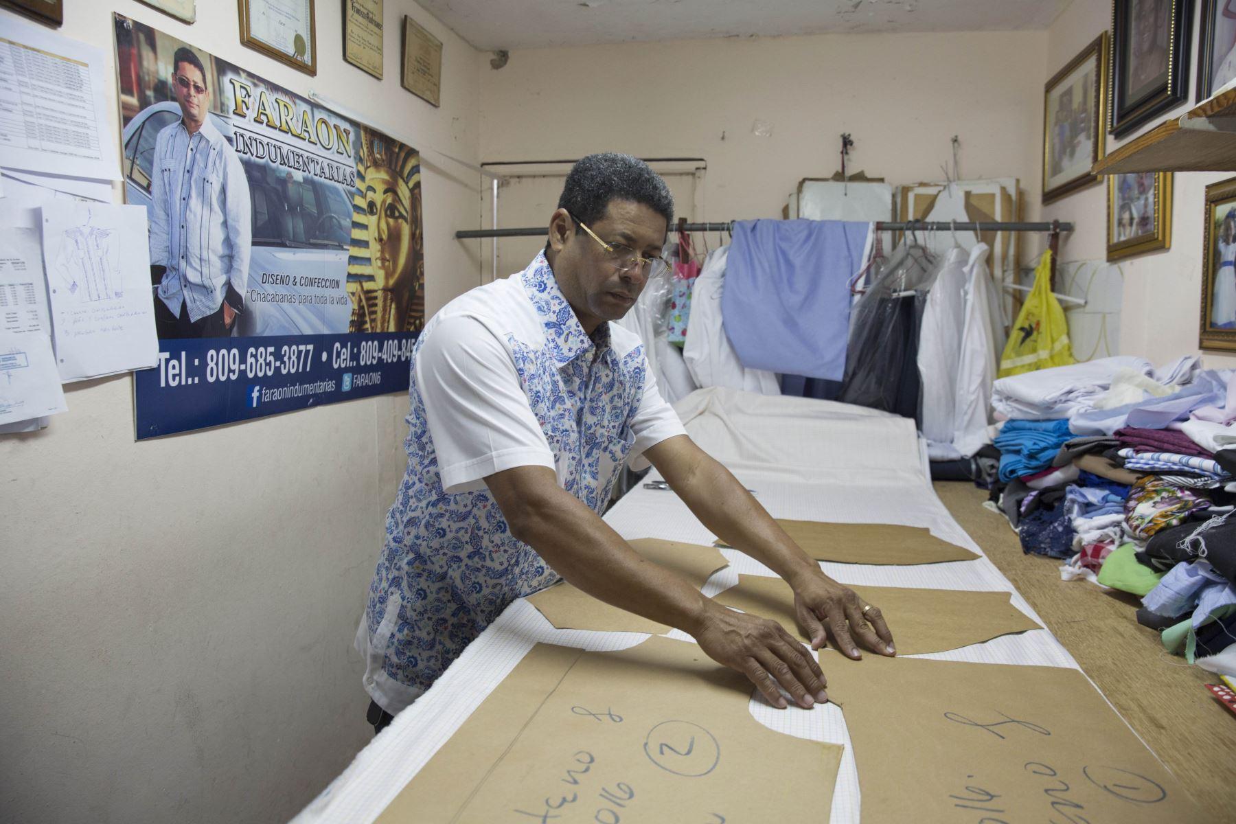 Entre los principales diseñadores de guayaberas en el país figuran Hipólito Peña (en la foto), quien confeccionará las de los mandatarios en la Cumbre de Punta Cana, así como Arcadio Díaz, Juan de Dios, Toni Boga y el propio Francisco Rodríguez, conocido como