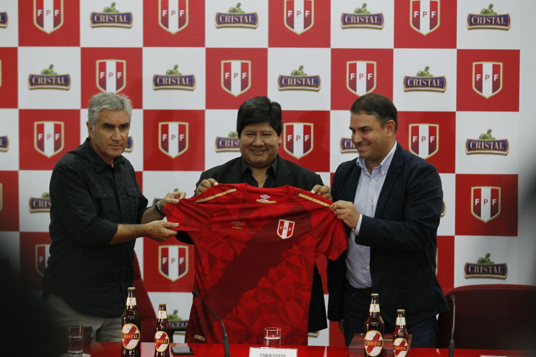 Selección peruana  mira la tercera camiseta que usará en el Mundial de  Rusia 2018. Es totalmente roja con la franja característica que cruza el  pecho del ... 15498573deced