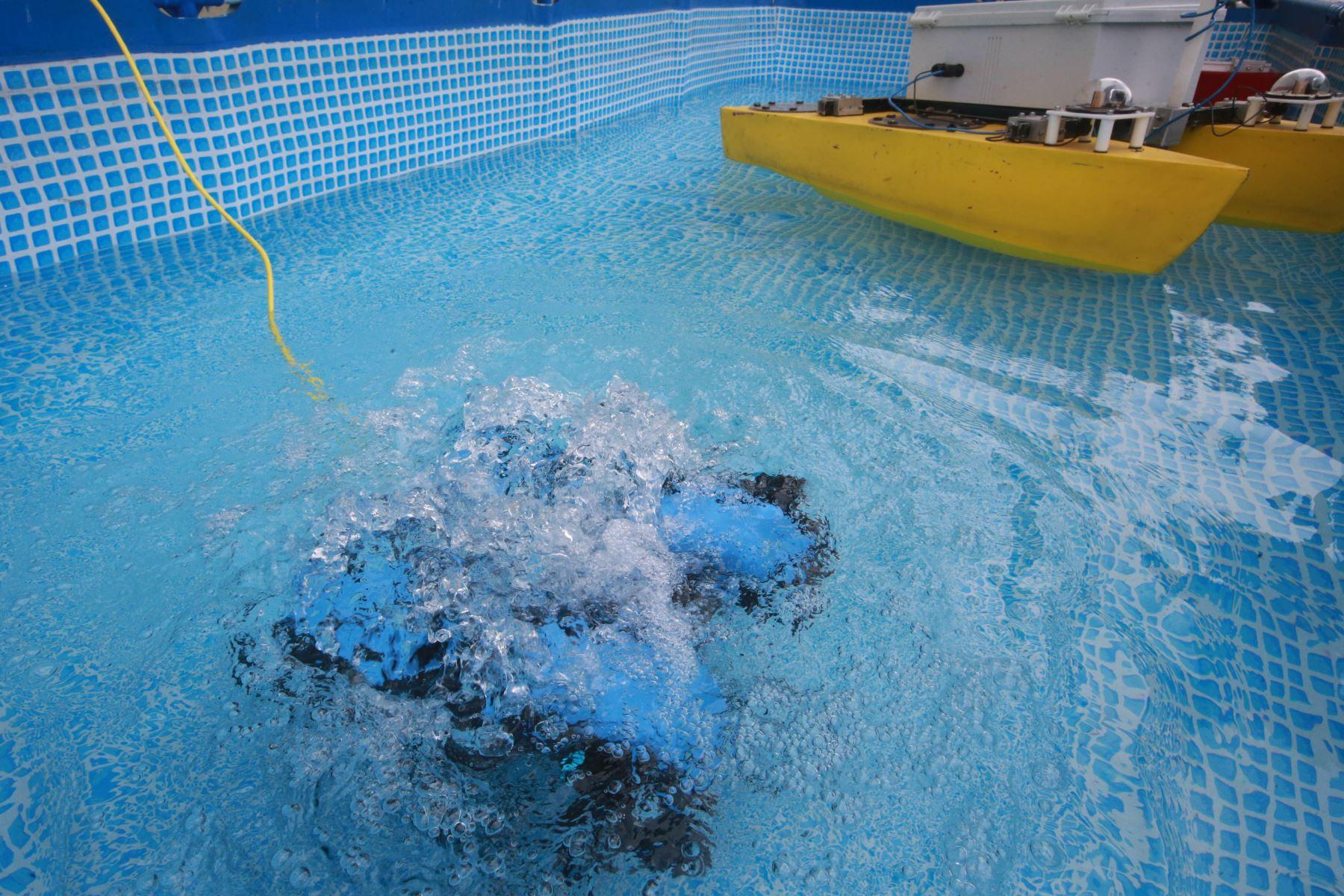 El robot submarino puede llegar a 100 metros de profundidad, distancia inaccesible para los buzos. Foto: ANDINA/Jhony Laurente