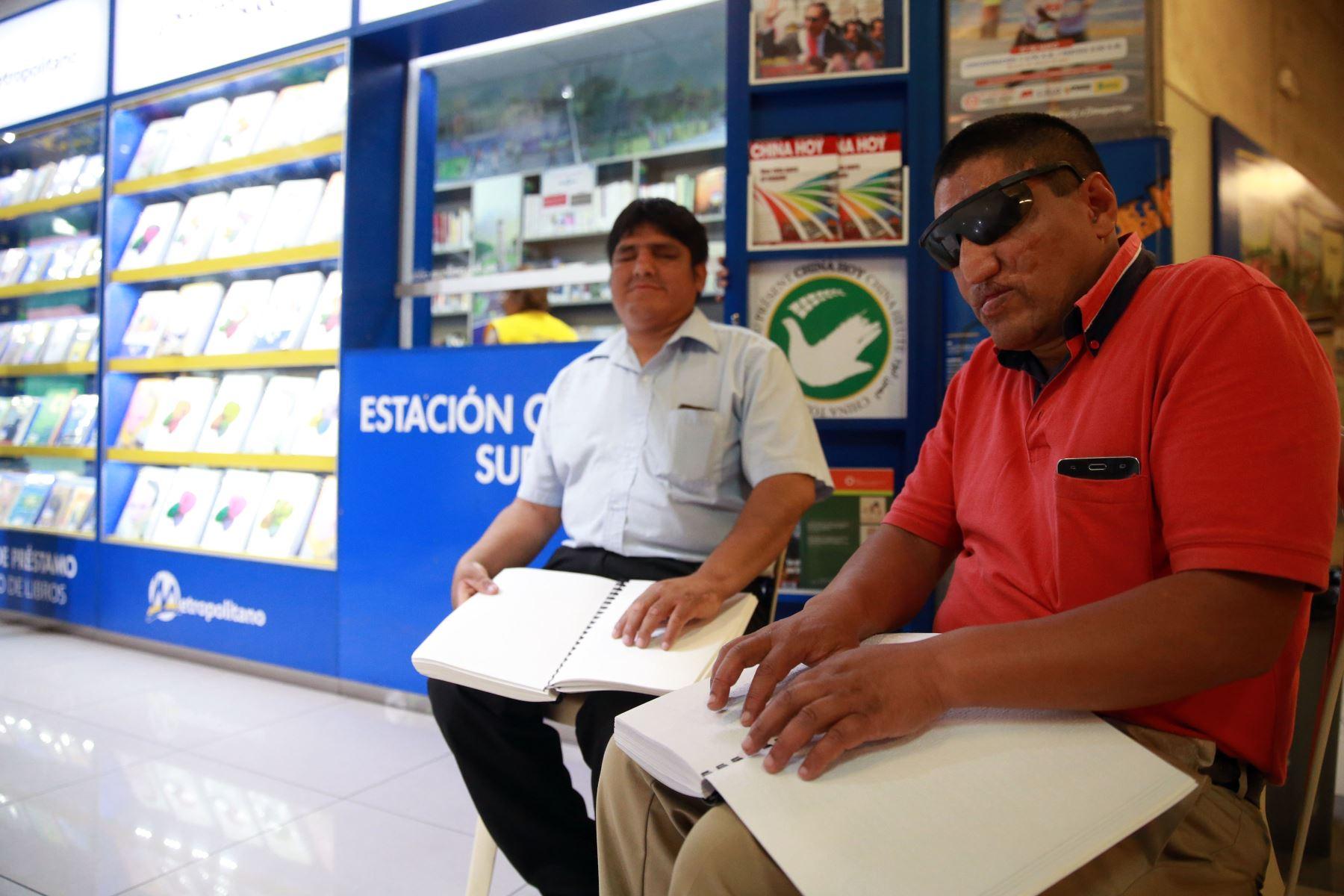 Libros en Braille se ofrecen en El Metropolitano. Foto: ANDINA/Vidal Tarqui
