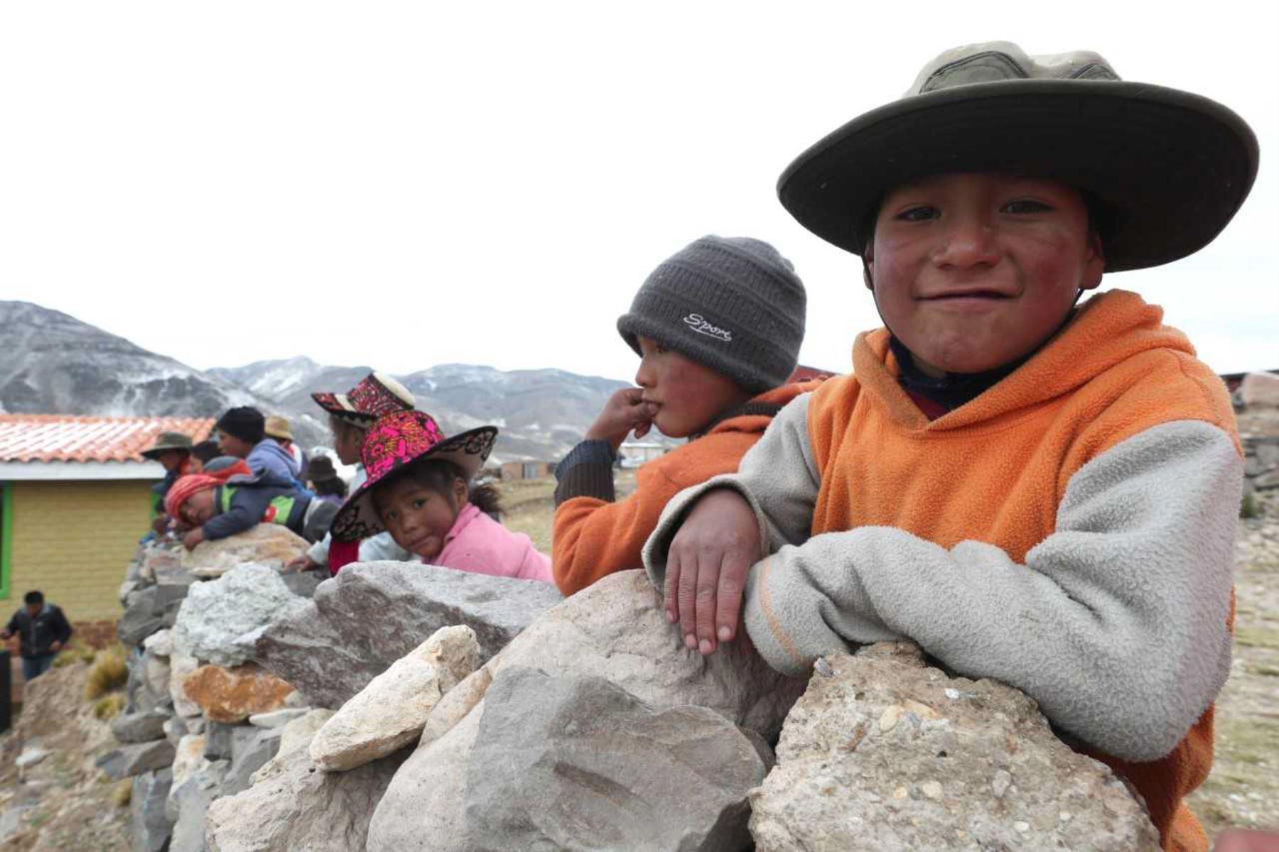 De acuerdo al Plan Multisectorial ante Heladas y Friaje 2018 que emprende el Ejecutivo, el Ministerio de Energía y Minas (MEM) ejecutará cuatro proyectos de electrificación rural que beneficiará a 7,416 pobladores de 141 localidades vulnerables a estos fenómenos climatológicos ubicadas en las regiones de Cusco y Ucayali, principalmente.