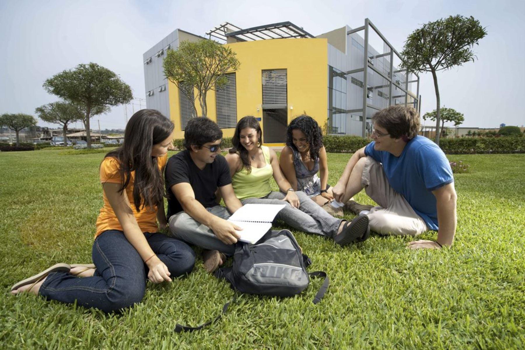 Estudiantes en el campus de la Universidad Cientíifica del Sur en Villa. Foto: ANDINA/Difusión.
