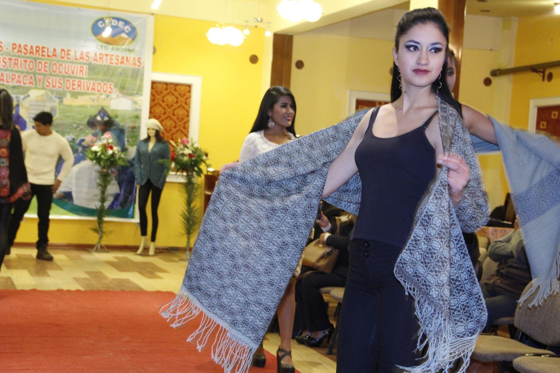 Artesanas de Puno apuestan por la transformación de fibra de alpaca.: ANDINA