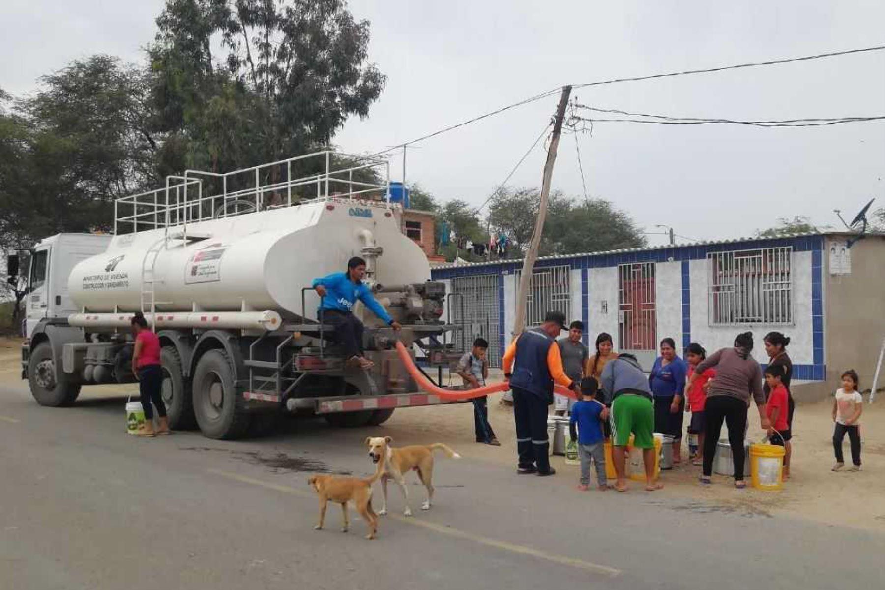 Más de 40, 000 vecinos de los centros poblados de Mórrope, en la región Lambayeque, están recibiendo agua potable en camiones cisternas del Ministerio de Vivienda, Construcción y Saneamiento (MVCS), en el marco de la declaratoria del Estado de Emergencia que se diera debido a que las aguas subterráneas que abastece al distrito y sus caseríos, están contaminadas con arsénico.