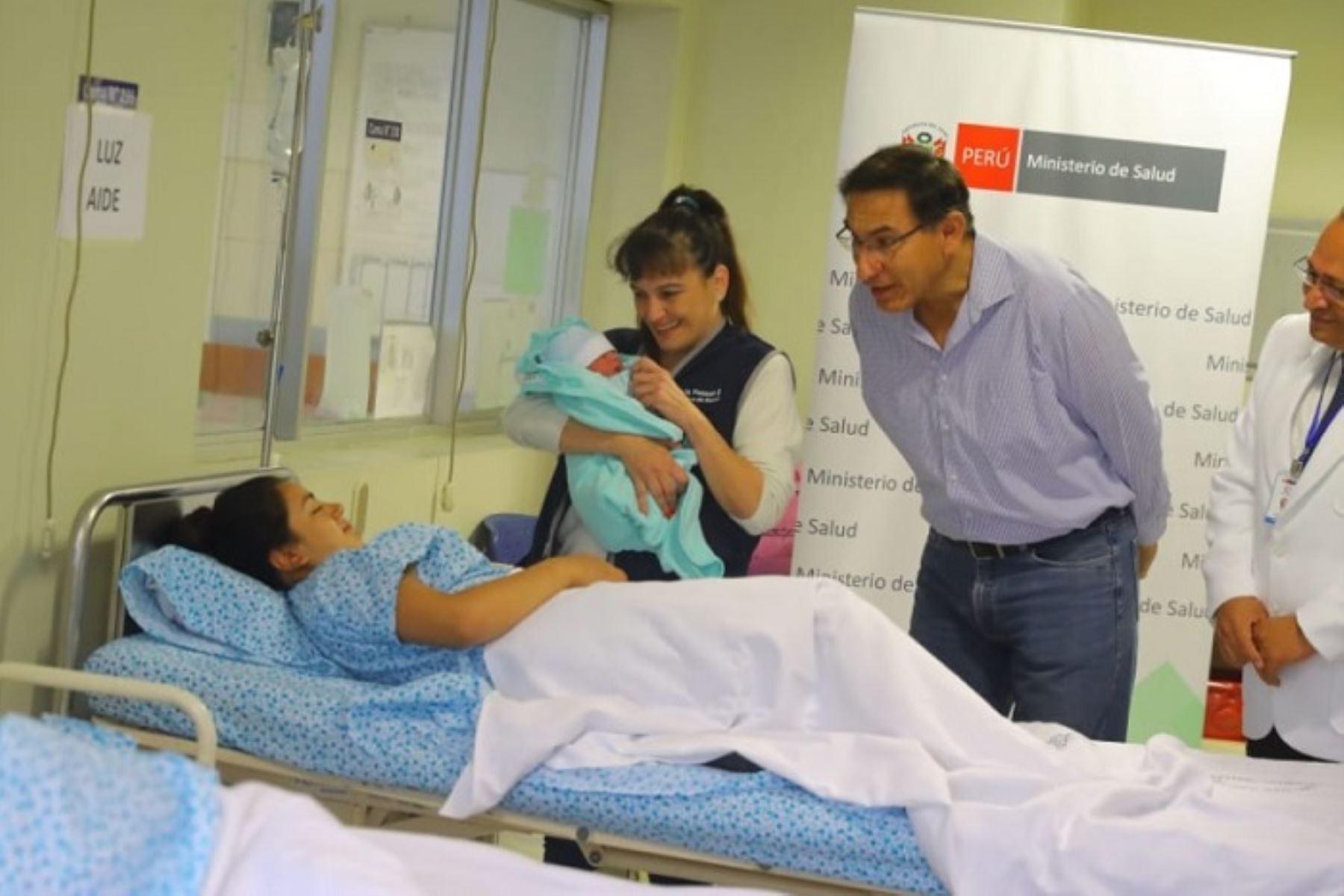 Presidente Martín Vizcarra saluda a madres del Instituto Nacional Materno Perinatal.