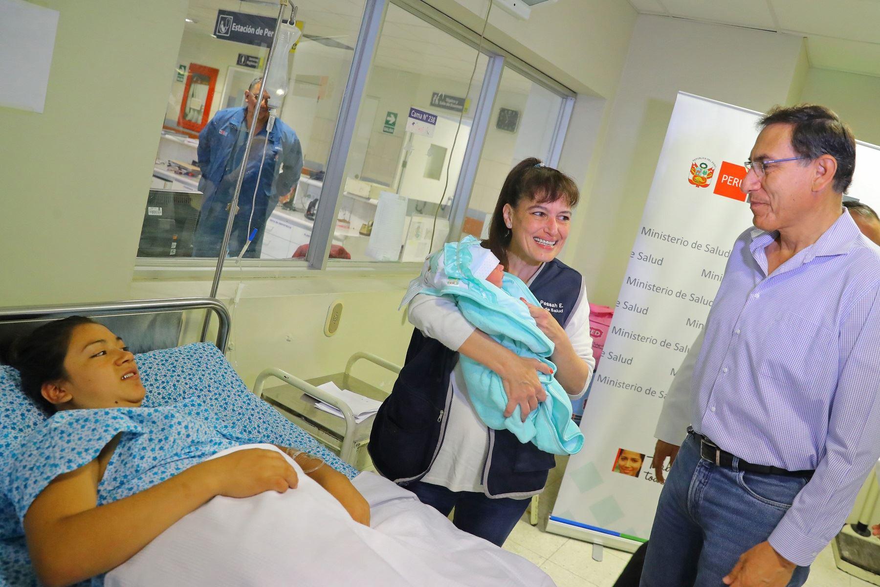 Presidente Martín Vizcarra visitó esta mañana a las madres de la Maternidad de Lima.