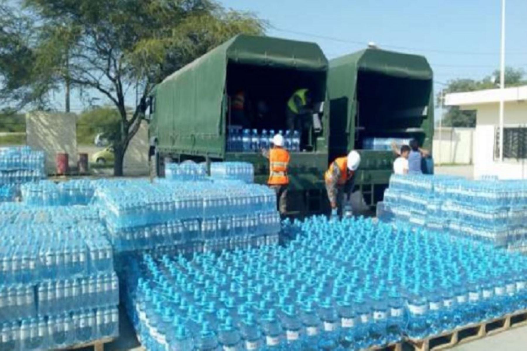 Los envases con agua, donados por la empresa privada, fueron transportados en vehículos militares Man.