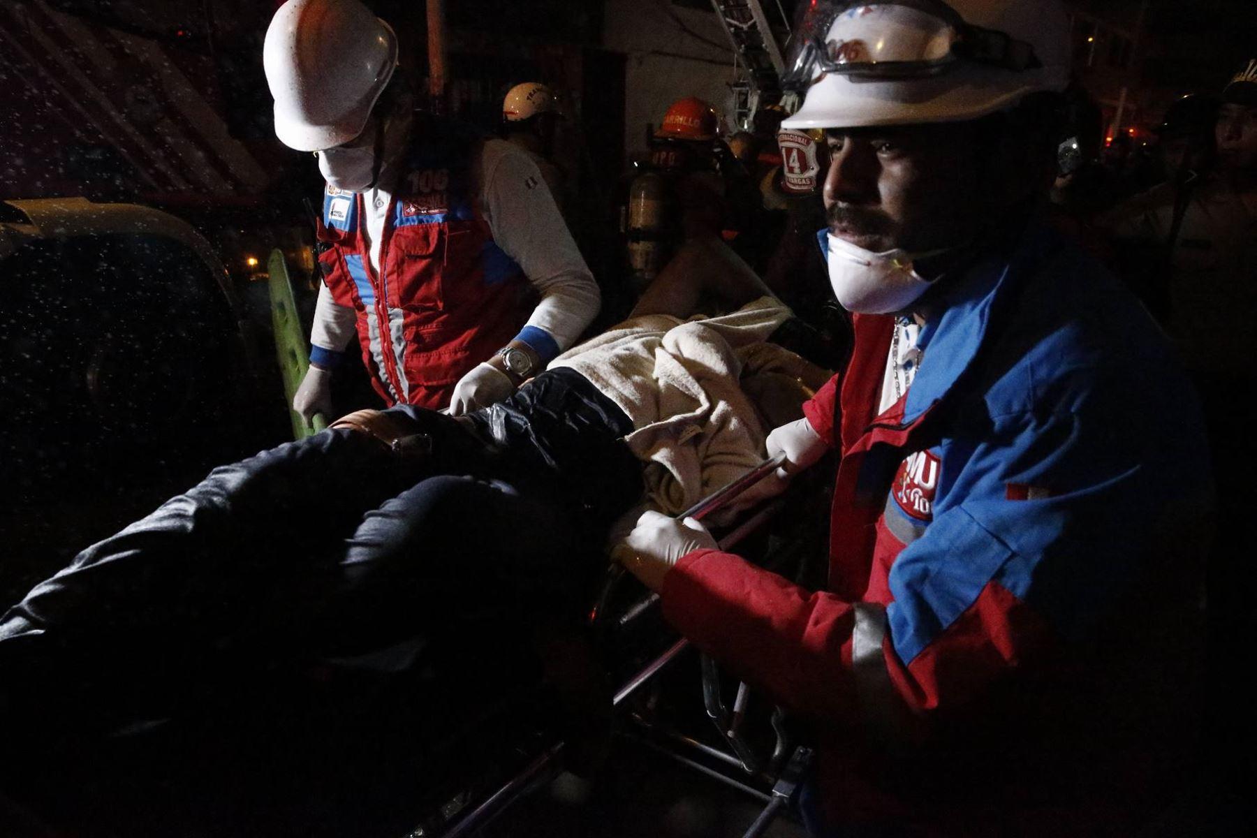 Más de 14 unidades del Cuerpo General de Bomberos intentan controlar el incendio de grandes proporciones ,donde funcionan almacenes de productos sintéticos y de cuero destinados a la zapatería en el Rimac.Foto: ANDINA/Eddy Ramos