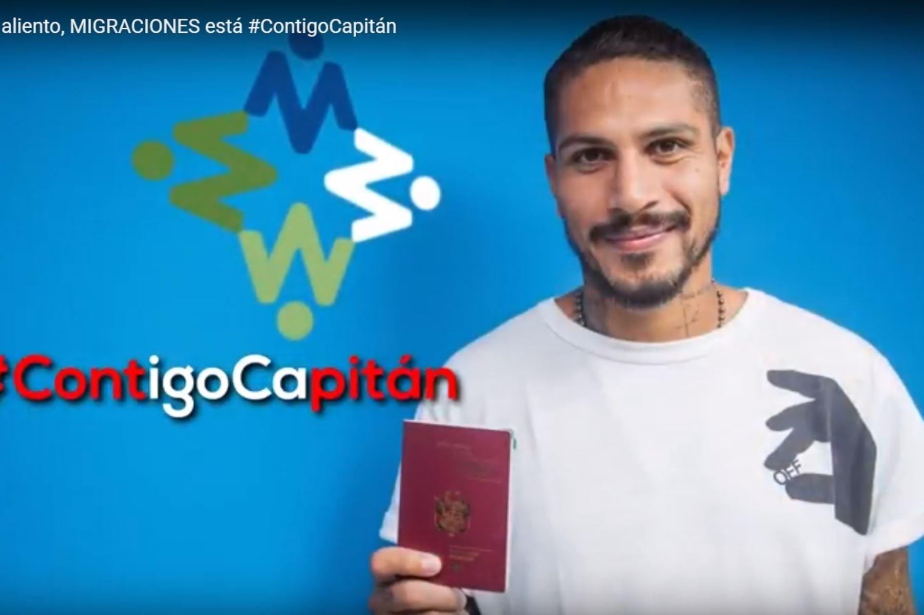 Migraciones entregó pasaporte electrónico a Paolo Guerrero. Foto: ANDINA/Difusión.