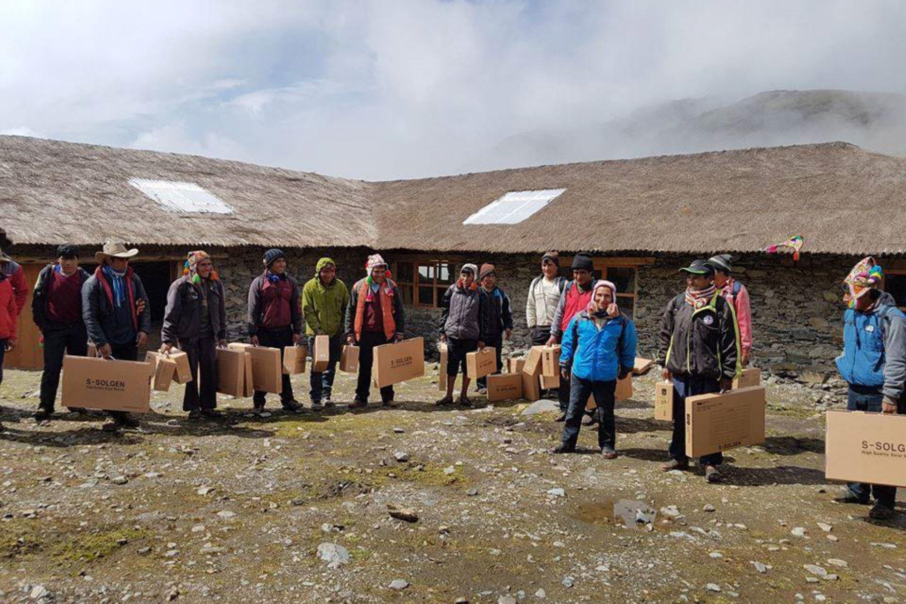 Con paneles solares comunidades indígenas Q'ero, de Cusco, acceden a energía eléctrica ANDINA