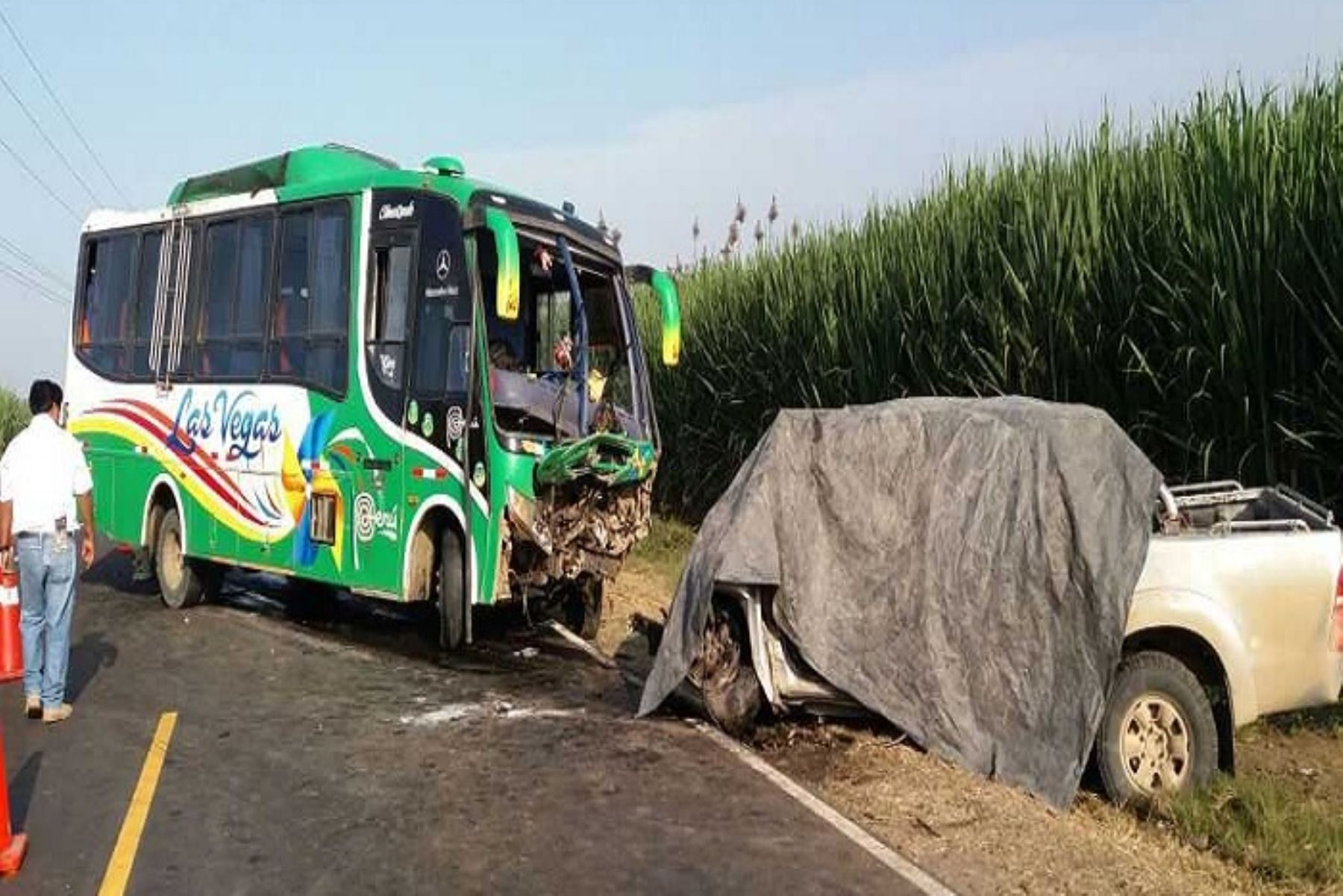 A la camioneta se le reventó una de las llantas, lo que provocó que el conductor perdiera el control del vehículo, invadiera el carril contrario y chocara con el ómnibus.