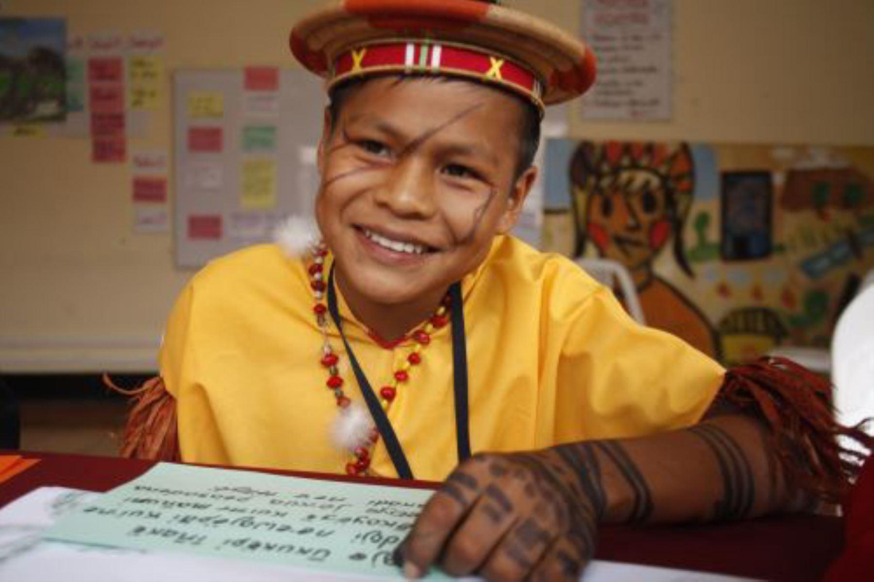 """""""Nu tapibis tsaiki dawanatsai, natia nu tapi nukutsai nahua"""" es una expresión que significa """"Aprendimos a leer en castellano, ahora aprendemos a leer en nahua"""" y ha sido escrita utilizando las grafías del nahua, una lengua hablada por más de 350 habitantes de la comunidad Santa Rosa de Serjali, en la región Ucayali."""