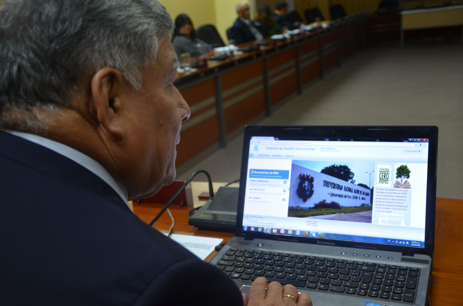 Rector Orestes Cachay probando el nuevo sistema. Foto: Difusión