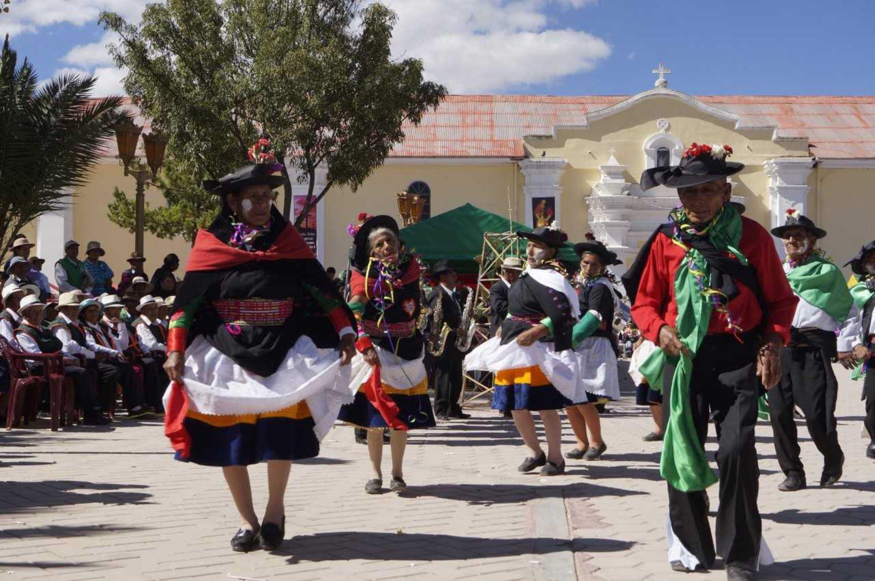 La gran diversidad de sus ancestrales danzas y tradiciones, entre ellas el huaylas y los carnavales, fue presentada por alrededor de 150 adultos mayores del Programa Nacional de Asistencia Solidaria Pensión 65, durante el Primer Encuentro Regional de Saberes Productivos-Sicaya 2018, realizado en Huancayo, departamento de Junín.