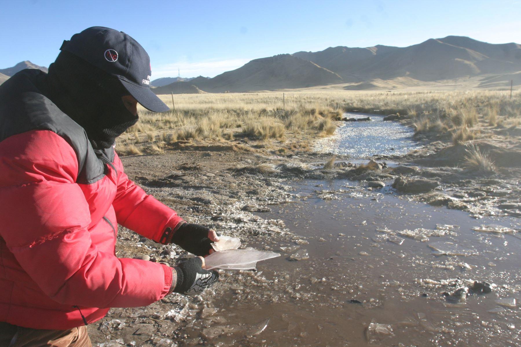 Los distritos de Tarata (Tacna) y Santa Lucía (Puno) registraron las temperaturas másbajas del sur del país y a nivel nacional, al alcanzar valores mínimos de -11.9 y -9.3 gradosCelsius, respectivamente.